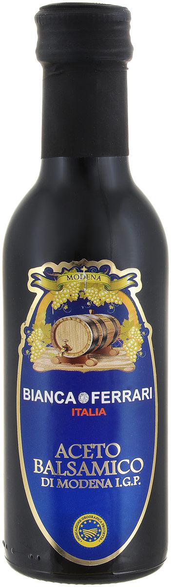 Bianca Ferrari Aceto Balsamico уксус бальзамический, 250 млPF763Бальзамик Aceto Balsamico производят в итальянском регионе Эмилия-Романья по технологии, сходной с традиционной, которой более 1000 лет.Бальзамический уксус прекрасен в составе салатных заправок, особенно там, где используются томаты. Бальзамик вообще подходит к любым блюдам из помидоров – пара капель добавят вкусового объёма томатному супу или мясу, тушеному в томатном соусе. В маринадах и соусах бальзамическим уксусом можно заменять любой другой. Также можно сбрызгивать любые готовые блюда: главное использовать всего несколько капель! Бальзамик работает с некоторыми десертами: капля густого бальзамического уксуса облагородит мороженое или привычную клубнику или малину. Попробуйте добавить бальзамик в коктейль: он встречается в некоторых рецептах, но можно и экспериментировать. Из обычного бальзамика можно сделать уваренный бальзамический уксус. Получившимся густым уксусом можно украсить или приправить блюдо, но с более качественным результатом.