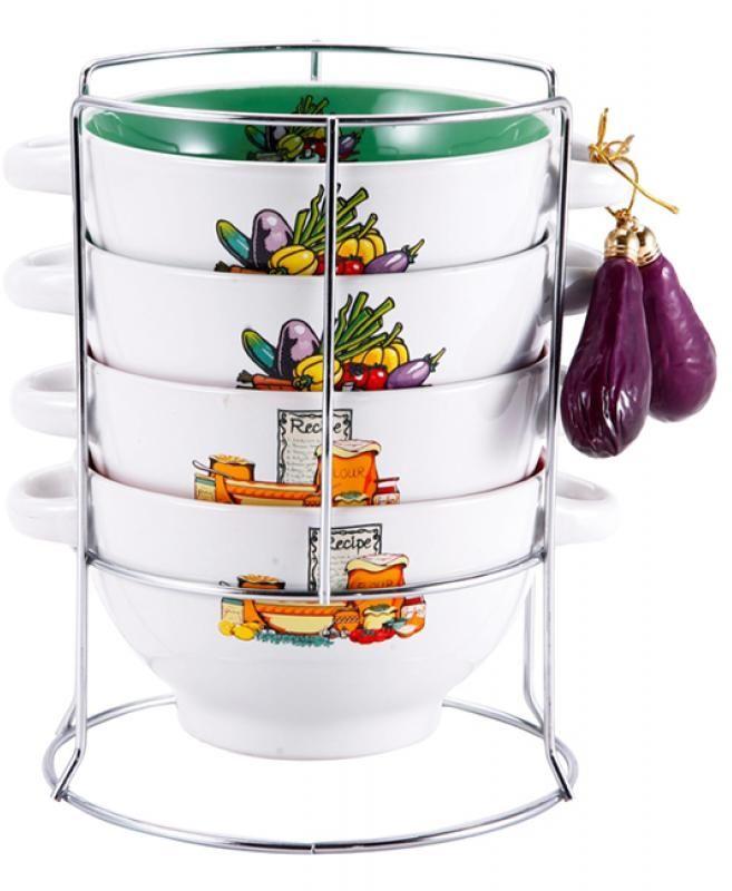 Набор бульонниц Wellberg Баклажан,на подставке, 680 мл, 5 предметовFS-91909Набор Wellberg состоит из четырех бульонниц, выполненных из высококачественной керамики. Изделия декорированы изображением овощей. Бульонницы компактно размещаются на подставке из хромированного металла. В комплекте - связка декоративных овощей. Красочность оформления набора придется по вкусу и ценителям классики, и тем, кто предпочитает утонченность и изысканность. Бульонницы являются экологически безопасными, так как не содержат кадмия и свинца. Посуду можно использовать в микроволновой печи и холодильнике, а также мыть в посудомоечной машине. Диаметр бульонницы по верхнему краю: 14 см.Высота бульонницы: 8 см.Объем бульонницы: 680 мл.Размер подставки: 15 см х 15 см х 20 см.