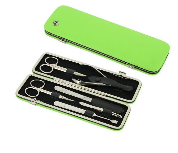 GD Маникюрный набор, цвет: зеленый, 6 предметов + подарок Accentra Snowfall Пена для ванны Starlight, с ароматом кокоса, 255 млFA-8115-1 White/greyМаникюрный набор GD содержит все необходимые инструменты для профессионального ухода за ногтями. Такой набор станет превосходным подарком для любого человека, следящего за своей внешностью.В набор входят шесть предметов: ножницы для кутикулы, ножницы для ногтей, кусачки для кутикулы, металлическая пилка, наклонный пинцет, маникюрная лопатка. Все инструменты, входящие в набор, изготовлены из первоклассной стали и защищены от коррозии. Футляр маникюрного набора выполнен в классическом стиле и изготовлен из высококачественной натуральной кожи. Такой маникюрный набор позволяет добиться салонного качества маникюра в домашних условиях.Маникюрные наборы под маркой GD несколько отличаются по своему оформлению от того, что мы привыкли называть немецкой классикой. Они сочетают в себе специально подобранную для домашнего использования комплектацию наборов, великолепное качество инструментов из первоклассной стали и широкий выбор расцветок и фактуры футляров из натуральной кожи. Это марка для динамичных, следящих зановыми веяниями моды женщин.Более 15 лет на рынке существует и развивается немецкая торговая марка GD, специализирующаяся на производстве маникюрных наборов и элементов. На российском рынке она уже давно зарекомендовала себя как производитель высококлассных инструментов для маникюра и педикюра, предлагающий свой ассортимент по доступным ценам.Все изделия торговой марки GD производятся только из первоклассной стали со специальными добавками. При производстве чехлов для маникюрных наборов GD используется только натуральная кожа. Каждое изделие имеет красивую и практичную индивидуальную упаковку, выполненную из качественных материалов, благодаря чему набор приобретает еще более привлекательный вид.