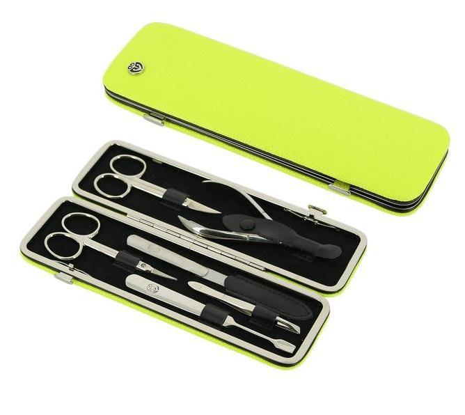 GD Маникюрный набор, цвет: салатовый, 6 предметов + подарок Accentra Snowfall Пена для ванны Starlight, с ароматом кокоса, 255 мл26102025Маникюрный набор GD содержит все необходимые инструменты для профессионального ухода за ногтями. Такой набор станет превосходным подарком для любого человека, следящего за своей внешностью.В набор входят шесть предметов: ножницы для кутикулы, ножницы для ногтей, кусачки для кутикулы, металлическая пилка, наклонный пинцет, маникюрная лопатка. Все инструменты, входящие в набор, изготовлены из первоклассной стали и защищены от коррозии. Футляр маникюрного набора выполнен в классическом стиле и изготовлен из высококачественной натуральной кожи. Такой маникюрный набор позволяет добиться салонного качества маникюра в домашних условиях.Маникюрные наборы под маркой GD несколько отличаются по своему оформлению от того, что мы привыкли называть немецкой классикой. Они сочетают в себе специально подобранную для домашнего использования комплектацию наборов, великолепное качество инструментов из первоклассной стали и широкий выбор расцветок и фактуры футляров из натуральной кожи. Это марка для динамичных, следящих зановыми веяниями моды женщин.Более 15 лет на рынке существует и развивается немецкая торговая марка GD, специализирующаяся на производстве маникюрных наборов и элементов. На российском рынке она уже давно зарекомендовала себя как производитель высококлассных инструментов для маникюра и педикюра, предлагающий свой ассортимент по доступным ценам.Все изделия торговой марки GD производятся только из первоклассной стали со специальными добавками. При производстве чехлов для маникюрных наборов GD используется только натуральная кожа. Каждое изделие имеет красивую и практичную индивидуальную упаковку, выполненную из качественных материалов, благодаря чему набор приобретает еще более привлекательный вид.