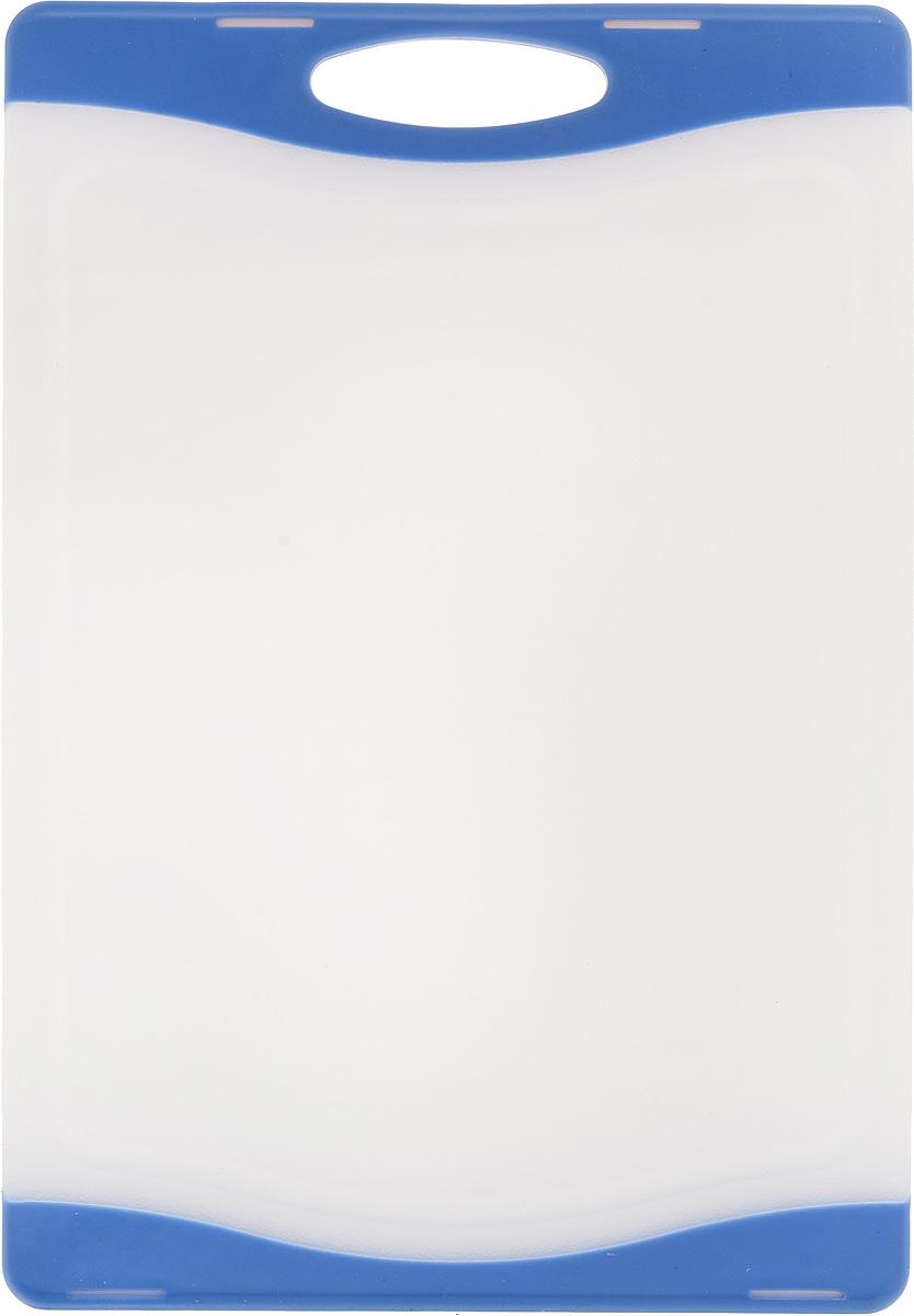 Доска разделочная Zeller, цвет: белый, синий, 29,3 х 20 х 1 смFS-91909Доска разделочная Zeller выполнена из пластика белого цвета и снабжена по краям прорезиненными цветными вставками, благодаря чему не скользит по поверхности. Идеально подходит для нарезки любых продуктов. Доска не впитывает запах продуктов, имеет антибактериальную поверхность, отличается долгим сроком службы. Ножи не затупляются при использовании. Доска снабжена удобной ручкой, одна из сторон имеет по краям желобки для сбора лишней жидкости. Можно использовать обе стороны доски. Такая доска понравится любой хозяйке и будет отличным помощником на кухне. Можно мыть в посудомоечной машине.