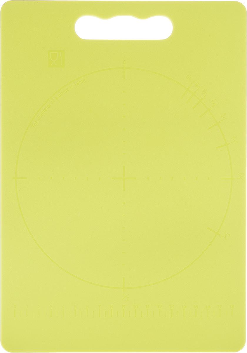 Доска разделочная Zeller, цвет: салатовый, 28 х 20 х 0,3 см94672Доска разделочная Zeller выполнена из прочного пищевого пластика. Идеально подходит для нарезки любых продуктов. Доска не впитывает запах продуктов, имеет антибактериальную поверхность, отличается долгим сроком службы. Ножи не затупляются при использовании. Доска снабжена удобной ручкой. Можно использовать обе стороны доски. Такая доска понравится любой хозяйке и будет отличным помощником на кухне. Можно мыть в посудомоечной машине.