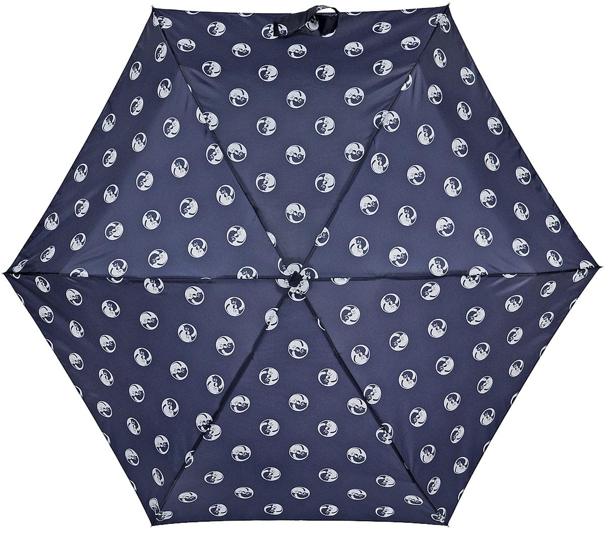 Зонт женский Fulton Yin Yang Cat, механический, 5 сложений, цвет: темно-синий. L50145102176/33205/7900XСтильный зонт Fulton Yin Yang Cat, защитит от непогоды, а его сверхкомпактный размер позволит вам всегда носить его с собой. Ветростойкий плоский алюминиевый каркас в 5 сложений состоит из шести спиц с элементами из фибергласса, зонт оснащен удобной рукояткой из прорезиненного пластика.Купол зонта выполнен из прочного полиэстера и оформлен принтом в виде кошек. На рукоятке для удобства есть небольшой шнурок, позволяющий надеть зонт на руку тогда, когда это будет необходимо.К зонту прилагается чехол. Зонт механического сложения: купол открывается и закрывается вручную, стержень также складывается вручную до характерного щелчка.Характеристики: Материал: алюминий, фибергласс, пластик, полиэстер.Длина зонта в сложенном виде: 15 см.Длина ручки (стержня) в раскрытом виде:50 см.