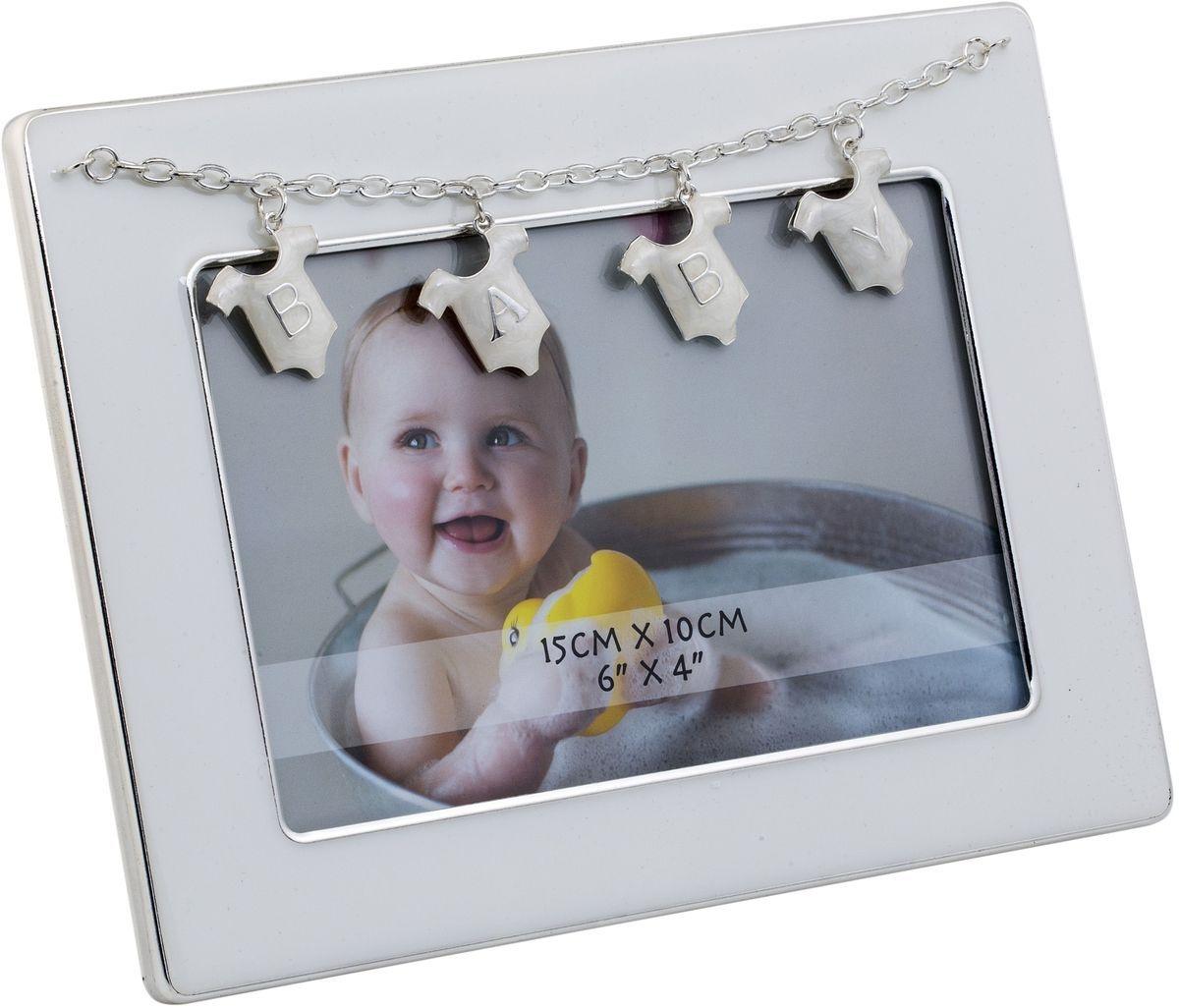 Фоторамка Platinum Baby, 10 х 15 см. PF11305NБрелок для ключейДекоративная фоторамка Platinum Baby изготовлена из металла. Изделие оформлено декоративными элементами в виде подвесок на цепочке с буквами Baby. Рамка устанавливается на столе с помощью специальной ножки. Такая фоторамка позволит хранить на видном месте фотографии любимых вами людей и памятных моментов жизни, а также красиво дополнит интерьер помещения. Размер фоторамки: 18,5 х 14,5 см.