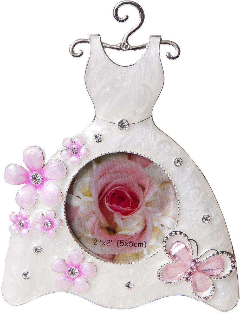Фоторамка Platinum Платье, цвет: белый, 5 х 5 см. PF3528PLATINUM BIN-1122638 Серебряный (Silver)Декоративная фоторамка Platinum Платье выполнена из металла в виде милого платья на вешалке. Фоторамка украшена стразами и декоративной глазурью. Изысканная и эффектная, эта потрясающая рамочка покорит своей красотой и изумительным качеством исполнения. Фоторамка подходит для фотографий 5 х 5 см.Общий размер фоторамки: 10,5 х 1,5 х 14 см.