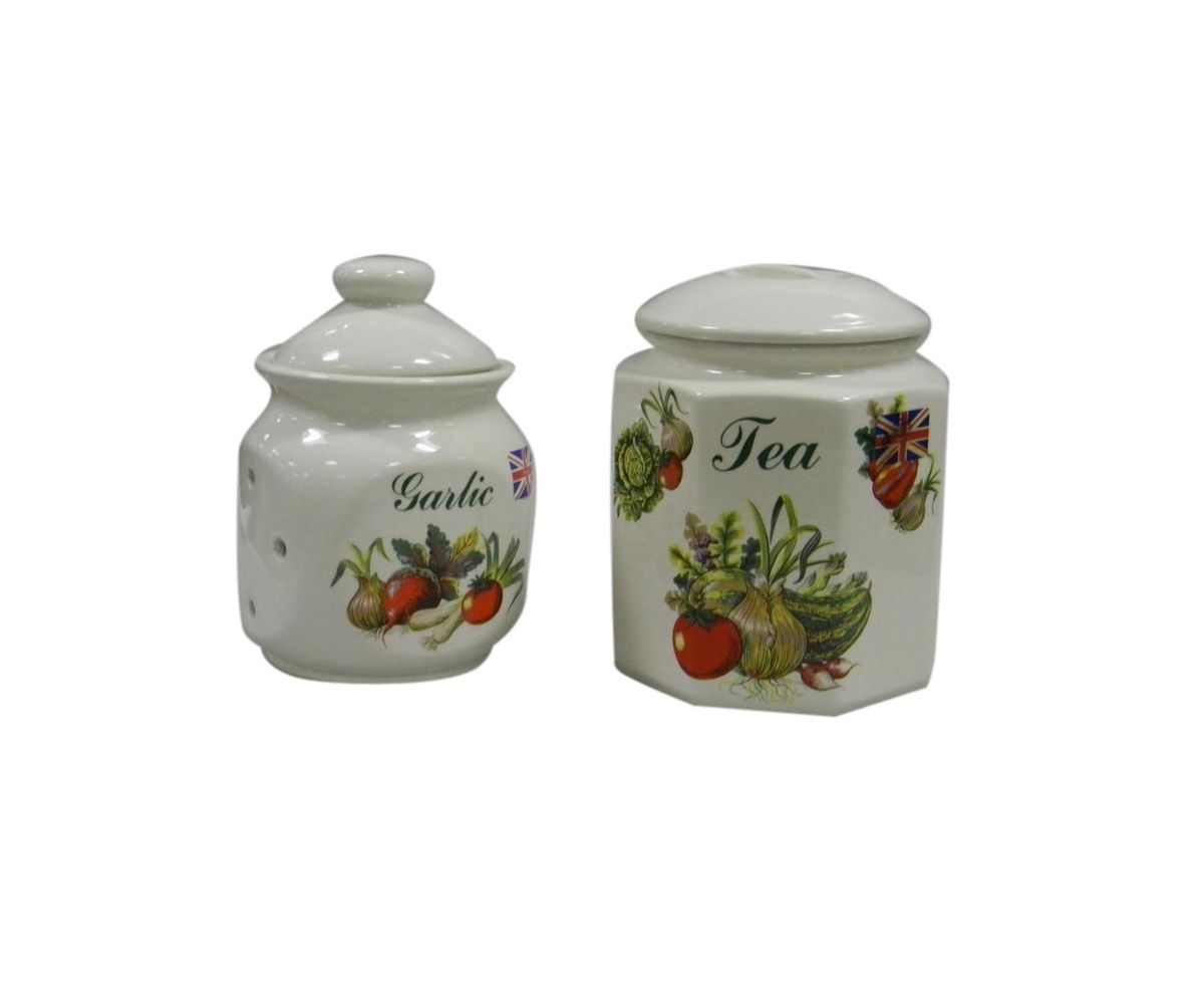 Набор банок для сыпучих продуктов Melba Овощи, 2 шт21395599Набор Melba Овощи, изготовленный из высококачественной керамики, состоит из двух банок для сыпучих продуктов. Банки оснащены плотно закрывающимися крышками. Изделия имеют глазурованную поверхность, что препятствует образованию пятен, ограничивает впитывание влаги и продлевает срок службы. Внешние стенки украшены изображением овощей. Банки прекрасно подходят для хранения различных сыпучих продуктов: специй, сахара, кофе, чая и т.д. Набор банок для сыпучих продуктов изящно украсит интерьер вашей кухни.