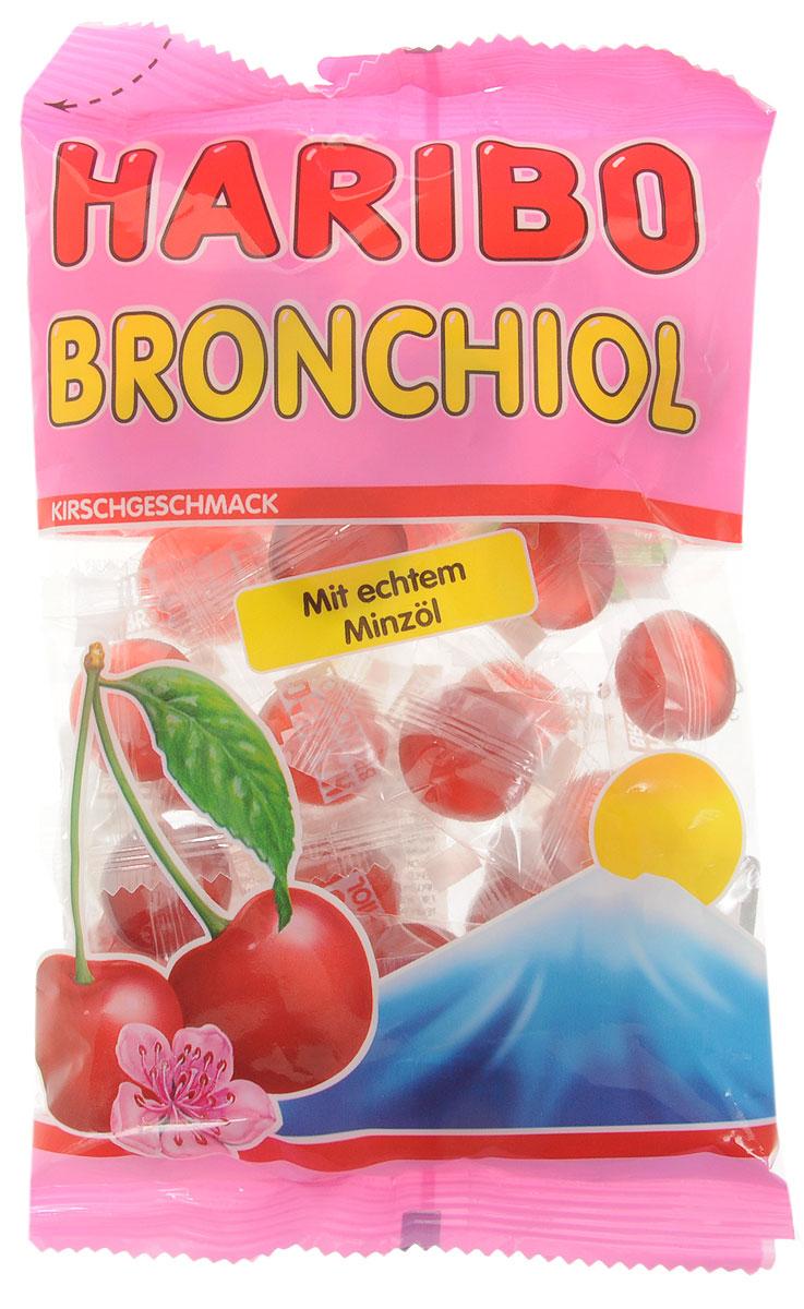 Haribo Bronchiol вишня-ментол жевательные конфеты, 100 г0120710В состав Haribo Bronchiol входит ментоловое масло, которое обладает не только хорошо выраженными лечебными свойствами, но прекрасно освежает дыхание. Вишневый сок в каждой конфете смягчает и подчеркивает ментоловую свежесть. Индивидуальная упаковка каждой из конфет позволяет сохранить насыщенный вкус и свежесть в течение многих месяцев, вне зависимости от того, когда вы откроете упаковку. Haribo Bronchiol сделает ваше дыхание глубоким и свежим, нежно избавив от кашля.Уважаемые клиенты! Обращаем ваше внимание, что полный перечень состава продукта представлен на дополнительном изображении.