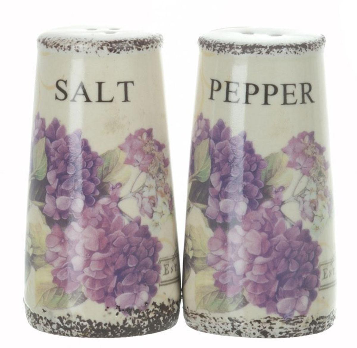 Набор для специй ENS Group Гортензия, 2 предметаV9135Набор для соли и перца, выполненный из керамики, благодаря своим компактным размерам не займет много места на вашей кухне. Солонка и перечница декорированы оригинальным рисунком.Набор для соли и перца станет отличным подарком каждой хозяйке.Диаметр емкости: 4,5 см.Высота емкости: 9 см.