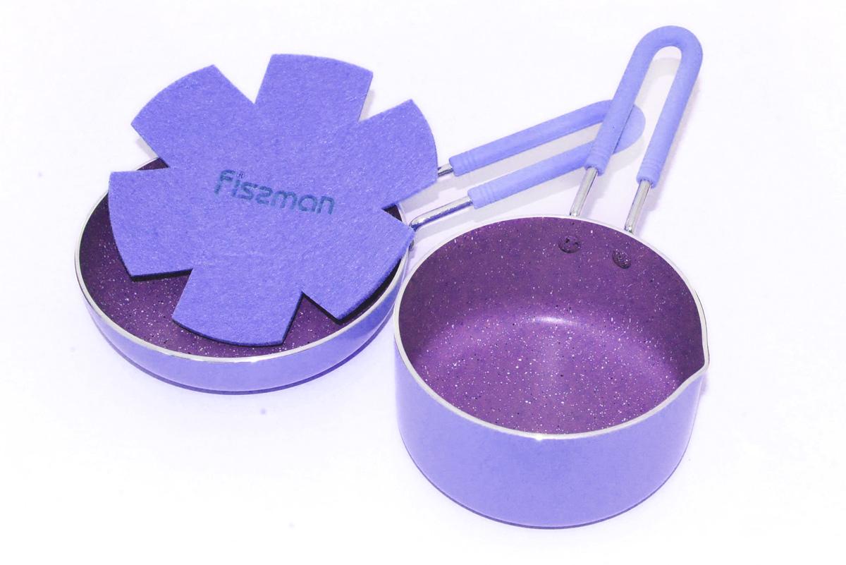 Набор посуды Fissman Petite, с антипригарным покрытием, цвет: лиловый, 2 предмета115510Набор посуды Fissman Petite состоит из ковша и квадратной сковороды. Посуда выполнена из литого алюминия с экологически безопасным 4-слойным каменным антипригарным покрытием. Первый слой улучшает сцепление покрытия с металлом, второй слой - грунтовый, третий слой - высокопрочное антипригарное покрытие, усиленное натуральной каменной крошкой на основе минеральных компонентов, четвертый дополнительный антипригарный слой с керамическими частицами. В такой посуде можно готовить пищу без добавления масла или с минимальным его количеством, что немало важно для детского меню. Покрытие не содержит в своем составе PFOA и других вредных веществ. Набор имеет удобные металлические ручки, покрытые силиконом, которые не нагреваются и не скользят в руках. Набор подходит для газовых, электрических, стеклокерамических плит. Можно мыть в посудомоечной машине. Объем ковша: 670 мл. Диаметр ковша: 12 см. Высота стенки ковша: 6 см. Размер сковороды: 14 х 14 см. Высота стенки сковороды: 3 см.