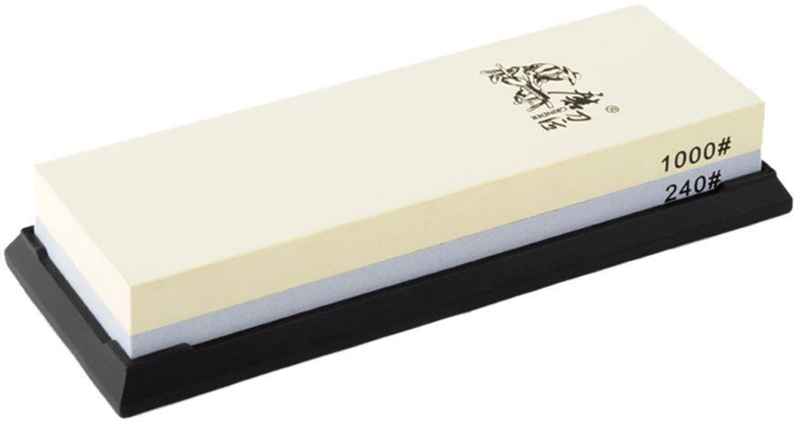 Водный камень Ножемир, двусторонний, доводочный 240 / 1000 грит. T6124WT6124WДвусторонний водный камень из корунда Taidea подойдёт для заточки ножей, топоров и иного инструмента, поэтому станет отличным приобретением для кухни или мастерской. Одна его сторона имеет зернистость в 240 грит и предназначена для удаления следов грубой предварительной обработки, а также небольших вмятин и заусенцев. Вторая сторона с зернистостью 1000 грит позволяет придать клинку относительно неплохие режущие свойства. Для заточки грубого рубящего инструмента вроде топора или мачете этого может оказаться вполне достаточно, однако при заточке ножей весьма желательно довести лезвие при помощи камней с меньшей зернистостью.Перед началом работы камень Taidea необходимо полностью погрузить в воду и держать до тех пор, пока из него не перестанут выделяться пузырьки воздуха. Также камень необходимо смачивать в процессе работы, чтобы он всегда оставался влажным. Благодаря этому из влажной абразивной пыли формируется паста, которая облегчает заточку и делает её более мягкой. Эта же паста не позволит клинку нагреваться в процессе трения о камень.Поставляемая в комплекте резиновая подставка предотвращает скольжение на любой поверхности, что делает работу проще и безопаснее.Масса, г: 634Размер, см: 19 х 7 х 3,3.