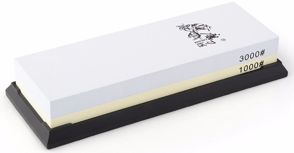 Водный камень Ножемир, двусторонний, доводочный 1000 / 3000 грит. T6310WT6310WДвусторонний водный камень Taidea подойдёт для заточки ножей, топоров и иного инструмента, поэтому станет отличным приобретением для кухни или мастерской.Одна его сторона имеет зернистость в 1000 грит и предназначена для удаления следов грубой предварительной обработки, а также небольших вмятин и заусенцев. Вторая сторона с зернистостью 3000 грит позволяет придать клинку относительно неплохие режущие свойства. Для заточки грубого рубящего инструмента вроде топора или мачете этого может оказаться вполне достаточно, однако при заточке ножей весьма желательно довести лезвие при помощи камней с меньшей зернистостью.Перед началом работы камень Taidea T6310W необходимо полностью погрузить в воду и держать до тех пор, пока из него не перестанут выделяться пузырьки воздуха. Также камень необходимо смачивать в процессе работы, чтобы он всегда оставался влажным. Благодаря этому из влажной абразивной пыли формируется паста, которая облегчает заточку и делает её более мягкой. Эта же паста не позволит клинку нагреваться в процессе трения о камень.Поставляемая в комплекте резиновая подставка предотвращает скольжение на любой поверхности, что делает работу проще и безопаснее.Масса, г: 583Размер, см: 19 х 7 х 3,3.