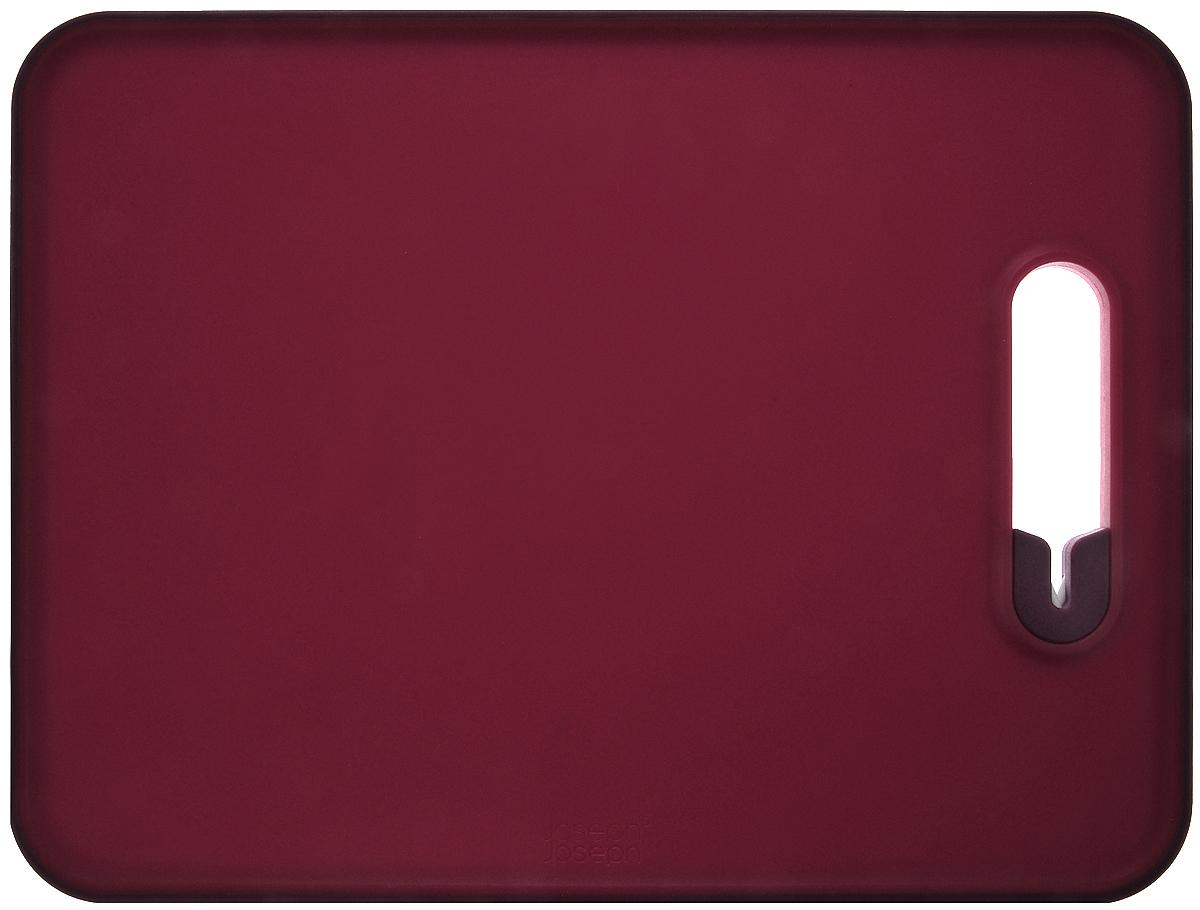 Доска разделочная Joseph Joseph Slice & Sharpen, с ножеточкой, цвет: красный, 29 см х 22 см х 1 см60108Доска разделочная Joseph Joseph Slice & Sharpen изготовлена из полипропилена, который защищает целостность ваших ножей и минимизирует его затупление. Доска оснащена керамической точилкой для лезвия, которая встроена прямо в рабочую поверхность. Для заточки поставьте доску на сухую плоскую поверхность, поместить лезвие ножа в прорезь и проведите несколько раз. Нескользящий прорезиненный край доски обеспечивает устойчивость, как при нарезке продуктов, так и при заточке лезвия. Можно мыть в посудомоечной машине. Размер доски: 29 см х 22 см х 1 см.