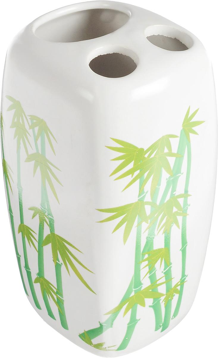 Стакан для зубных щеток Vanstore Green Bamboo, высота 11 см68/5/1Стакан Vanstore Green Bamboo изготовлен из высококачественной керамики и украшен изображением бамбука. В нем удобно хранить зубные щетки и небольшой тюбик с пастой. Такой аксессуар для ванной комнаты стильно украсит интерьер и добавит в обычную обстановку яркие и модные акценты.Изделие отлично сочетается с другими аксессуарами из коллекции Green Bamboo.Размер стакана: 7 х 6,5 х 11 см.Диаметр отверстий для зубных щеток: 1,7 см. Размер отверстия для тюбика пасты: 3,7 х 3,2 см.