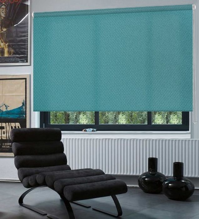 Штора рулонная Эскар Рояль, цвет: бирюзовый, ширина 130 см, высота 160 см2615S545JBРулонными шторамиЭскар Рояль можно оформлять окна как самостоятельно, так и использовать в комбинации с портьерами. Это поможет предотвратить выгорание дорогой ткани на солнце и соединит функционал рулонных с красотой навесных. Преимущества применения рулонных штор для пластиковых окон: - имеют прекрасный внешний вид: многообразие и фактурность материала изделия отлично смотрятся в любом интерьере;- многофункциональны: есть возможность подобрать шторы способные эффективно защитить комнату от солнца, при этом она не будет слишком темной;- есть возможность осуществить быстрый монтаж.ВНИМАНИЕ! Размеры ширины изделия указаны по ширине ткани! Для выбора правильного размера необходимо учитывать - ткань должна закрывать оконное стекло на 3 см. Во время эксплуатации не рекомендуется полностью разматывать рулон, чтобы не оторвать ткань от намоточного вала. В случае загрязнения поверхности ткани, чистку шторы проводят одним из способов, в зависимости от типа загрязнения:легкое поверхностное загрязнение можно удалить при помощи канцелярского ластика;чистка от пыли производится сухим методом при помощи пылесоса с мягкой щеткой-насадкой;для удаления пятна используйте мягкую губку с пенообразующим неагрессивным моющим средством или пятновыводитель на натуральной основе (нельзя применять растворители).