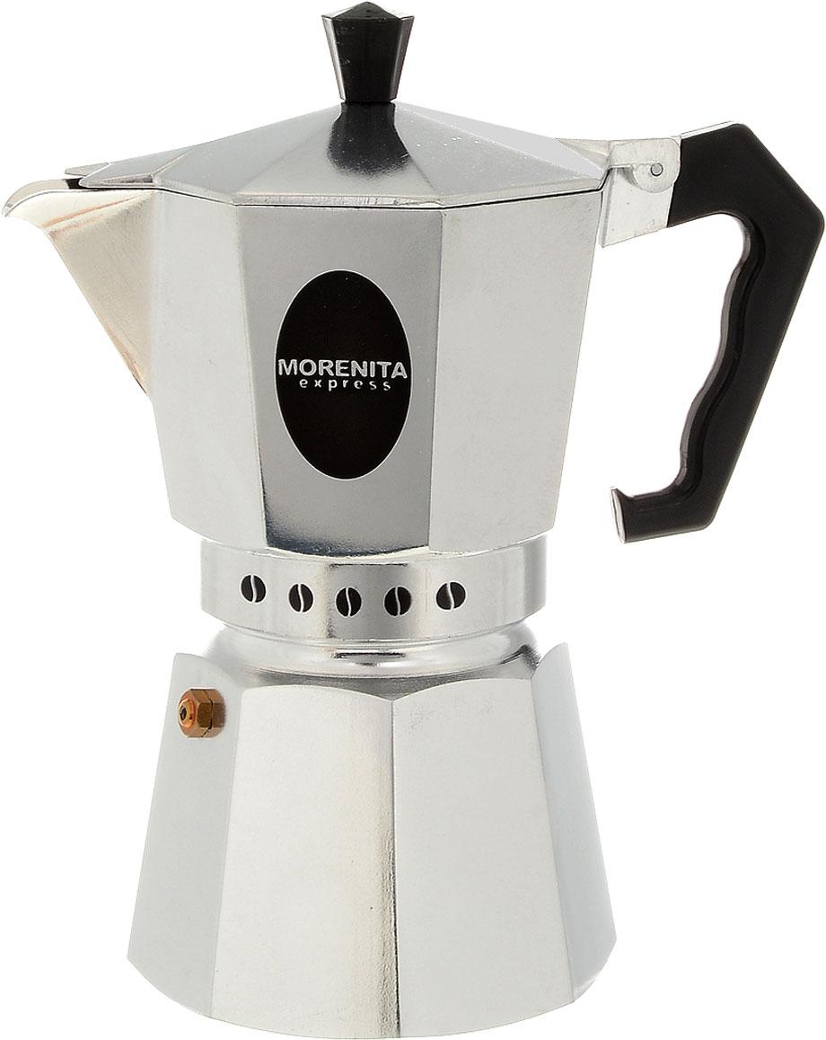 Гейзерная кофеварка Morenita, на 6 порций, 300 мл115610Гейзерная кофеварка поможет быстро приготовить вкусный и ароматный кофе. Корпус кофеварки, выполненный из качественного алюминия, имеет снаружи полированную поверхность. Ручка сделана из термостойкого пластика. Кофеварка имеет специальный предохранительный клапан давления, а также легкую в использовании и безопасную систему закрывания крышки. Гейзерная кофеварка очень проста в использовании. Открутите нижнюю часть кофеварки и снимите фильтр. В нижний отсек налейте воды ниже уровня предохранительного клапана. Установите фильтр на место, а затем насыпьте в него молотый кофе. Закрутите обратно верхнюю часть. Поставьте кофеварку на небольшой огонь. После закипания воды пар, поднимаясь через молотый кофе, будет конденсироваться в верхнем отсеке. Когда верхний отсек наполнится, снимите кофеварку с огня. Вы можете смешивать разные сорта кофе по своему вкусу. Можно использовать на всех типах плит, кроме индукционных. Диаметр конфорки не должен превышать диаметр дна кофеварки. Нельзя мыть в посудомоечной машине.Диаметр (по верхнему краю): 11 см. Высота кофеварки (с учетом крышки): 20,5 см.