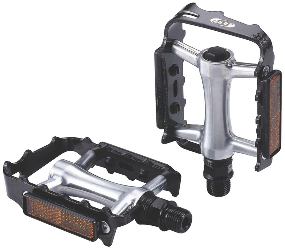 Педали BBB MTB ClassicRide, цвет: черный, стальной, 2 штRA-BBB MTB ClassicRide - это модернизированная версия классических алюминиевых педалей. Прочная ось выполнена из хроммолибденовой стали. Промышленные подшипники не нуждающиеся в обслуживании. Рамка с зубцами обеспечивает лучший контакт. Съемные отражатели помогают увидеть вас в темное время суток.