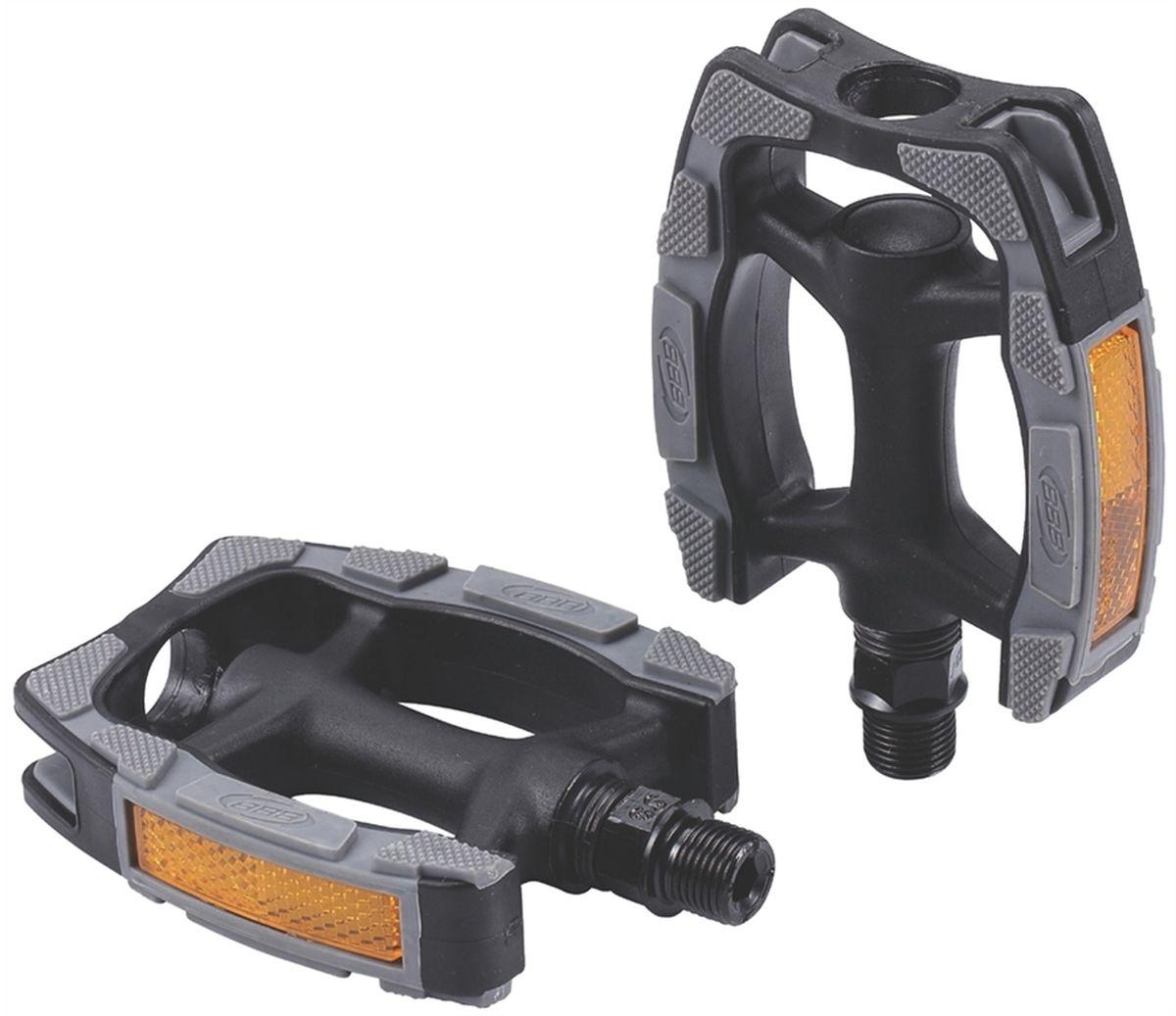 Педали BBB Trekking EasyTrek II, 2 штBPD-41Высокопрочные одноэлементные педали BBB Trekking EasyTrek II выполнены из композитного материала с нескользящим резиновым покрытием. Встроенные светоотражатели обеспечивают лучшую видимость в темноте. Прочная ось выполнена из бористой стали.