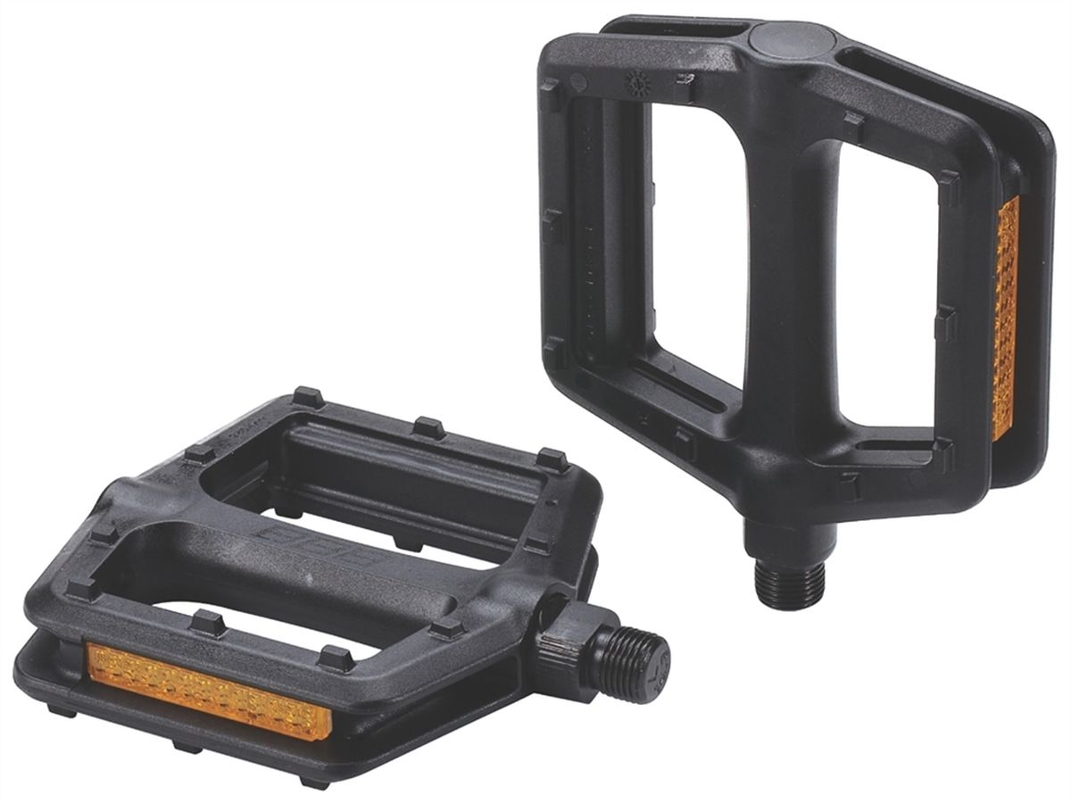 Педали BBB TrailRide, цвет: черный, 2 штBPD-35Педали BBB TrailRide имеют цельную конструкцию из композитного материала с шипами противоскольжения. Не требующие смазки закрытые подшипники/втулки скольжения и фрезерованная ось из хроммолибденовой стали. Встроенные отражатели с двух сторон помогут лучше видеть вас на дороге.