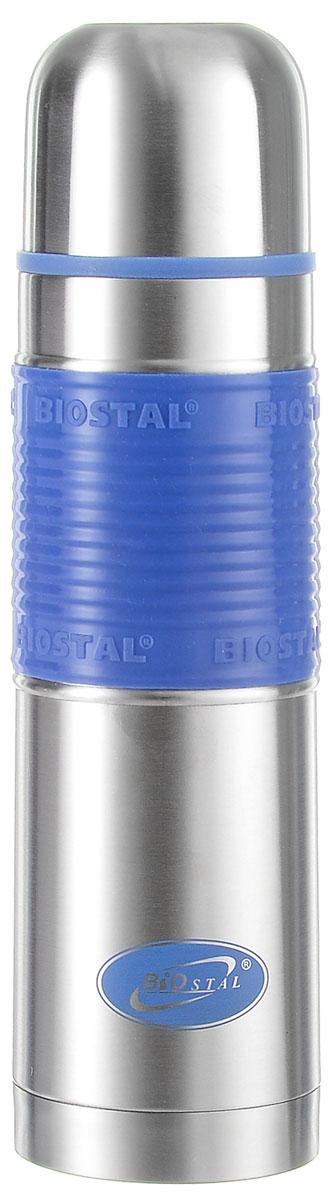 Термос Biostal Flёr, цвет: стальной, синий, 500 млAS009Термос с узким горлом Biostal Flёr, изготовленный из высококачественной нержавеющей стали, имеет удобную цветную силиконовую вставку. Такой термос прост в использовании, экономичен и многофункционален. Термос предназначен для хранения горячих и холодных напитков (чая, кофе) и укомплектован пробкой с кнопкой. Такая пробка удобна в использовании и позволяет, не отвинчивая ее, наливать напитки после простого нажатия. Изделие также оснащено крышкой-чашкой. Легкий и прочный термос Biostal Flёr сохранит ваши напитки горячими или холодными надолго. Высота термоса (с учетом крышки): 24.5 см.Диаметр горлышка: 4,5 см.