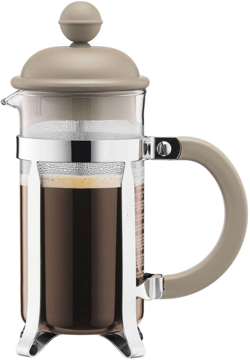 Кофейник с прессом Bodum Caffettiera, цвет: песочный, 350 мл. A1913-133-Y16VT-1520(SR)Кофейник Bodum Caffettiera изготовлен из высококачественного стекла и оснащен фильтром french press из нержавеющей стали, который позволяет легко и просто приготовить отличный напиток. Кофейник оснащен удобной пластиковой ручкой, что исключает его выскальзывание из руки и помещен в оправу из пластика, которая эффективно защищает стекло. Настоящим ценителям натурального кофе широко известны основные и наиболее часто применяемые способы его приготовления: эспрессо, по-турецки, гейзерный. Однако существует принципиально иной способ, известный как french press, благодаря которому приготовление ароматного напитка стало гораздо проще.