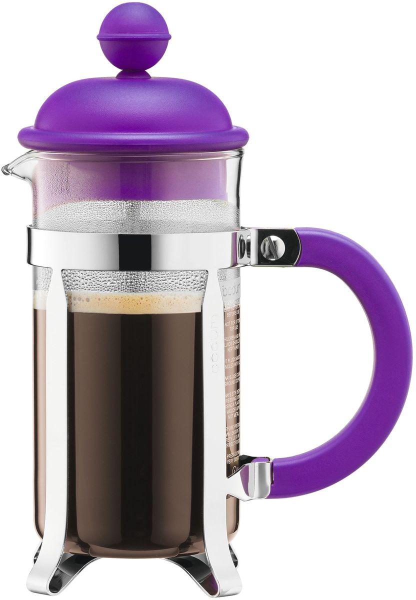 Кофейник с прессом Bodum Caffettiera, цвет: фиолетовый, 350 мл. A1913-150-Y16VT-1520(SR)Кофейник Bodum Caffettiera изготовлен из высококачественного стекла и оснащен фильтром french press из нержавеющей стали, который позволяет легко и просто приготовить отличный напиток. Кофейник оснащен удобной пластиковой ручкой, что исключает его выскальзывание из руки и помещен в оправу из пластика, которая эффективно защищает стекло. Настоящим ценителям натурального кофе широко известны основные и наиболее часто применяемые способы его приготовления: эспрессо, по-турецки, гейзерный. Однако существует принципиально иной способ, известный как french press, благодаря которому приготовление ароматного напитка стало гораздо проще.
