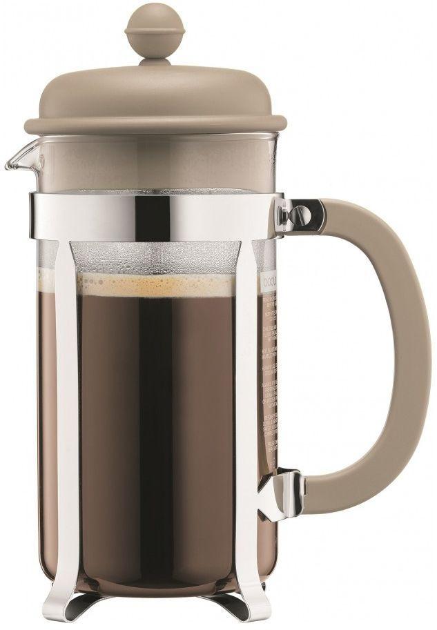 Кофейник с прессом Bodum Caffettiera, цвет: песочный, 1 л. A1918-133-Y16391602Кофейник Bodum Caffettiera изготовлен из высококачественного стекла и оснащен фильтром french press из нержавеющей стали, который позволяет легко и просто приготовить отличный напиток. Кофейник оснащен удобной пластиковой ручкой, что исключает его выскальзывание из руки и помещен в оправу из пластика, которая эффективно защищает стекло. Настоящим ценителям натурального кофе широко известны основные и наиболее часто применяемые способы его приготовления: эспрессо, по-турецки, гейзерный. Однако существует принципиально иной способ, известный как french press, благодаря которому приготовление ароматного напитка стало гораздо проще.