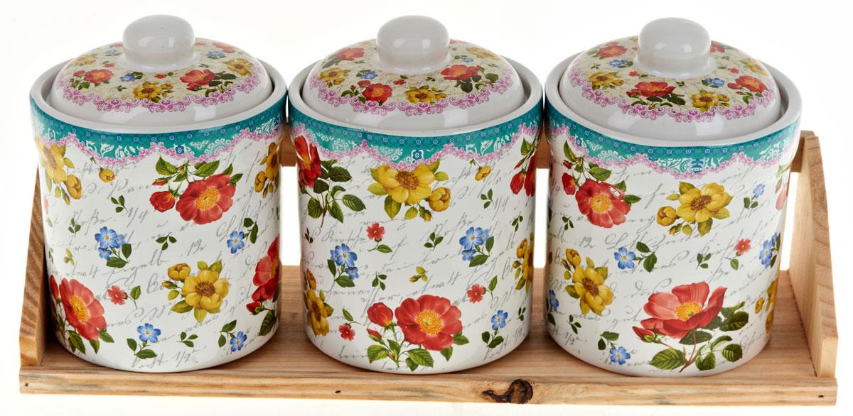 Набор банок для сыпучих продуктов Nouvelle De France Цветочная поэма, на подставке, 4 предметаVT-1520(SR)Набор Nouvelle De France Цветочная поэма состоит из трех банок для сыпучих продуктов и деревянной подставки. Изделия выполнены из прочной доломитовой керамики высокого качества. Гладкая и ровная глазурованная поверхность обеспечивает легкую очистку. Изделия декорированы красочным рисунком. Такие банки прекрасно подойдут для хранения различных сыпучих продуктов: специй, чая, кофе, сахара, круп и многого другого. Крышка плотно прилегает к стенкам емкости.Можно использовать в микроволновой печи, в холодильнике и мыть в посудомоечной машине.