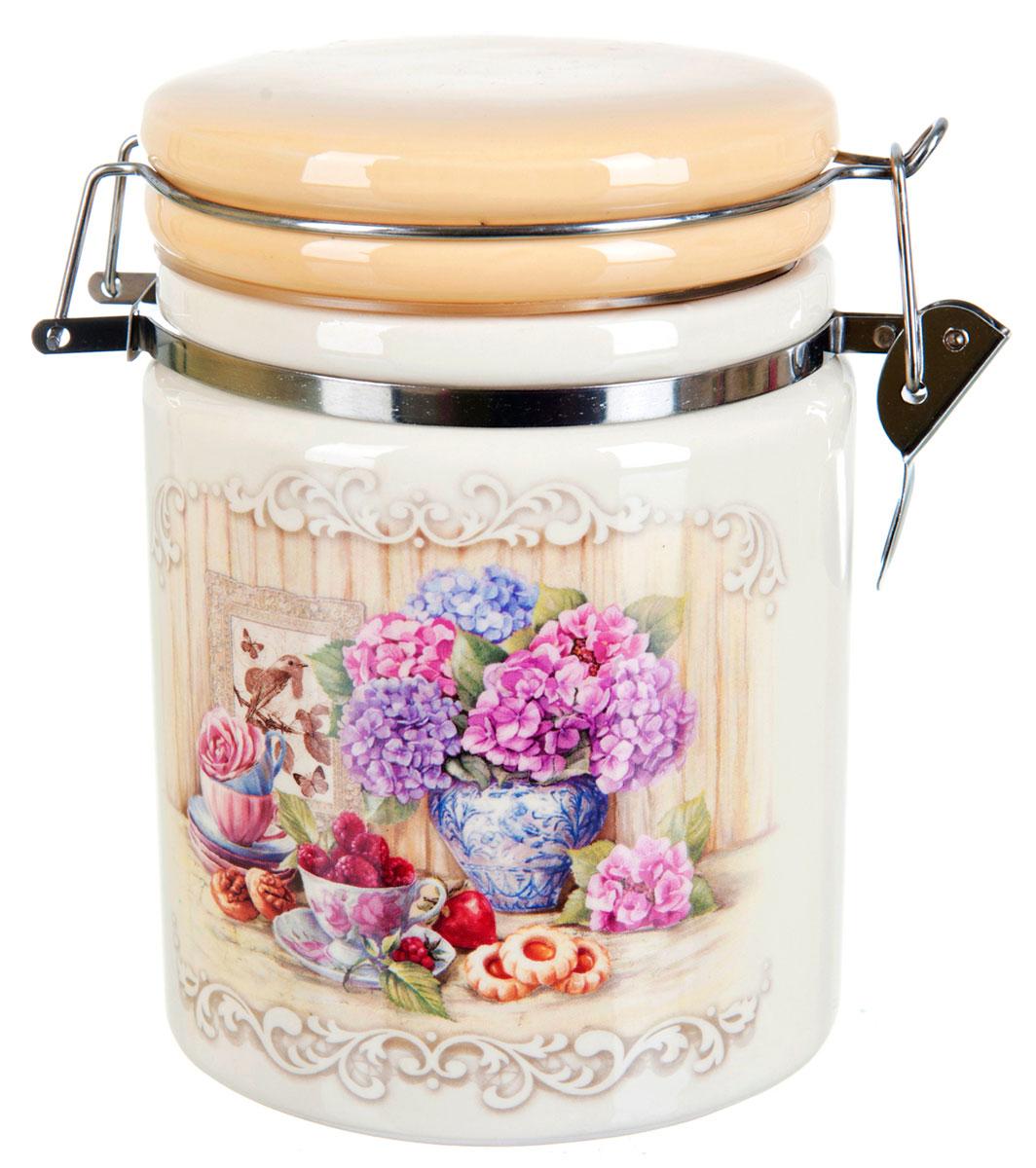 Банка для сыпучих продуктов Polystar Sweet Home, 850 млVT-1520(SR)Банка для сыпучих продуктов Polystar Sweet Home изготовлена из прочной доломитовой керамики, покрытой слоем сверкающей гладкой глазури. Изделие оформлено красочным изображением. Банка прекрасно подойдет для хранения различных сыпучих продуктов: чая, кофе, сахара, круп и многого другого. Благодаря силиконовой прослойке и бугельному замку, крышка герметично закрывается, что позволяет дольше сохранять продукты свежими. Изящная емкость не только поможет хранить разнообразные сыпучие продукты, но и стильно дополнит интерьер кухни.