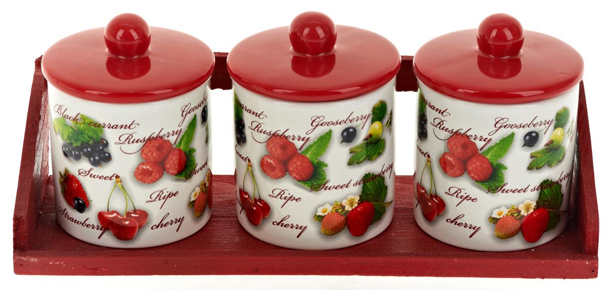 Набор банок для сыпучих продуктов Polystar Садовая ягода, 4 предмета. L252028321395599Набор состоит из трех банок для сыпучих продуктов и деревянной подставки. Изделия выполнены из прочной доломитовой керамики высокого качества. Гладкая и ровная глазурованная поверхность обеспечивает легкую очистку. Изделия декорированы красочным рисунком. Такие банки прекрасно подойдут для хранения различных сыпучих продуктов: специй, чая, кофе, сахара, круп и многого другого. Крышка плотно прилегает к стенкам емкости.Можно использовать в микроволновой печи, в холодильнике и посудомоечной машине.Диаметр банки: 9 см.Высота банки: 12 см.Объем банки: 400 мл.