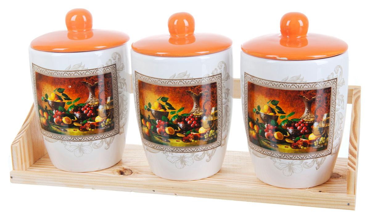 Набор банок для сыпучих продуктов Polystar Севилья, 4 предметаMT-1951Набор состоит из трех банок для сыпучих продуктов и деревянной подставки. Изделия выполнены из прочной доломитовой керамики высокого качества. Гладкая и ровная глазурованная поверхность обеспечивает легкую очистку. Изделия декорированы красочным рисунком. Такие банки прекрасно подойдут для хранения различных сыпучих продуктов: специй, чая, кофе, сахара, круп и многого другого. Крышка плотно прилегает к стенкам емкости.Можно использовать в микроволновой печи, в холодильнике и посудомоечной машине.Диаметр банки: 9,5 см.Высота банки: 15,5 см.Объем банки: 550 мл.