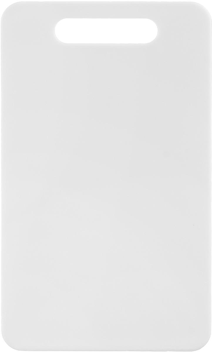 Доска разделочная Zeller, цвет: белый, 24 х 14 х 0,4 смFS-91909Доска разделочная Zeller выполнена из прочного пищевого пластика. Идеально подходит для нарезки любых продуктов. Доска не впитывает запах продуктов, имеет антибактериальную поверхность, отличается долгим сроком службы. Ножи не затупляются при использовании. Для удобного размещения доска снабжена ручкой. Можно использовать обе стороны доски. Такая доска понравится любой хозяйке и будет отличным помощником на кухне. Можно мыть в посудомоечной машине.