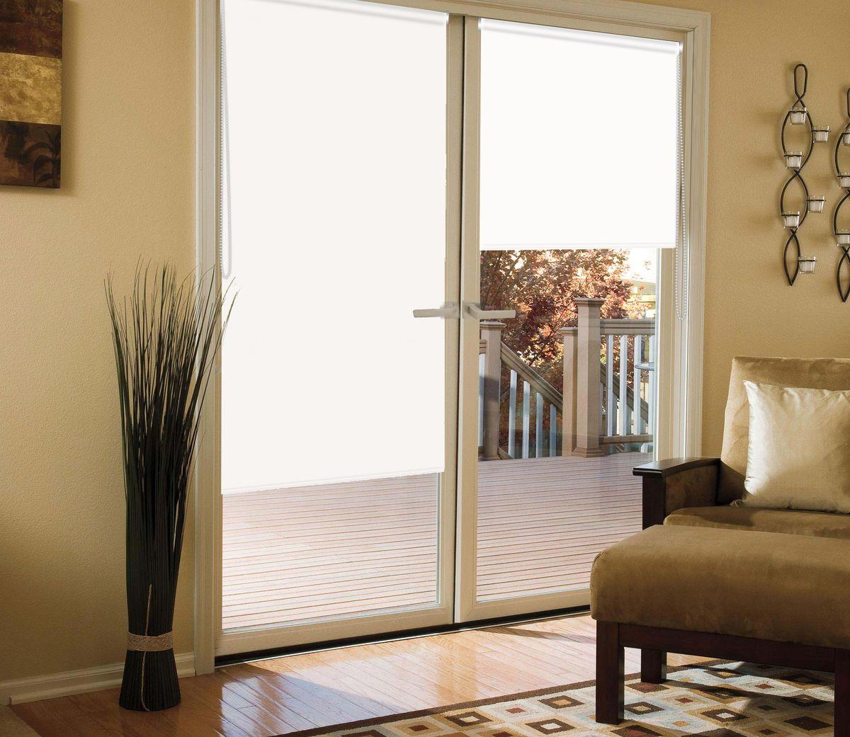Штора рулонная для балконной двери Эскар Миниролло. Blackout, светоотражающая, цвет: белый, ширина 52 см, высота 215 см39008052215Рулонная светоотражающая штора Эскар Миниролло. Blackout выполнена из высокопрочной ткани, не пропускающей солнечный свет. Такие шторы изготовляютсяиз полностью светонепроницаемого материала blackout. Это свойствообеспечивается структурой ткани и специальными вплетенными нитями, удерживающими проникновение света.- Используются в кинотеатрах, фотолабораториях, детских комнатах и других помещениях, где необходимо абсолютное затемнение;- Удобны в уходе и эксплуатации.Миниролло - это подвид рулонных штор, который закрывает не весь оконный проем, а непосредственно само стекло. Такие шторы крепятся на раму без сверления при помощи зажимов или клейкой двухсторонней ленты. Окно остается на гарантии, благодаря монтажу без сверления.