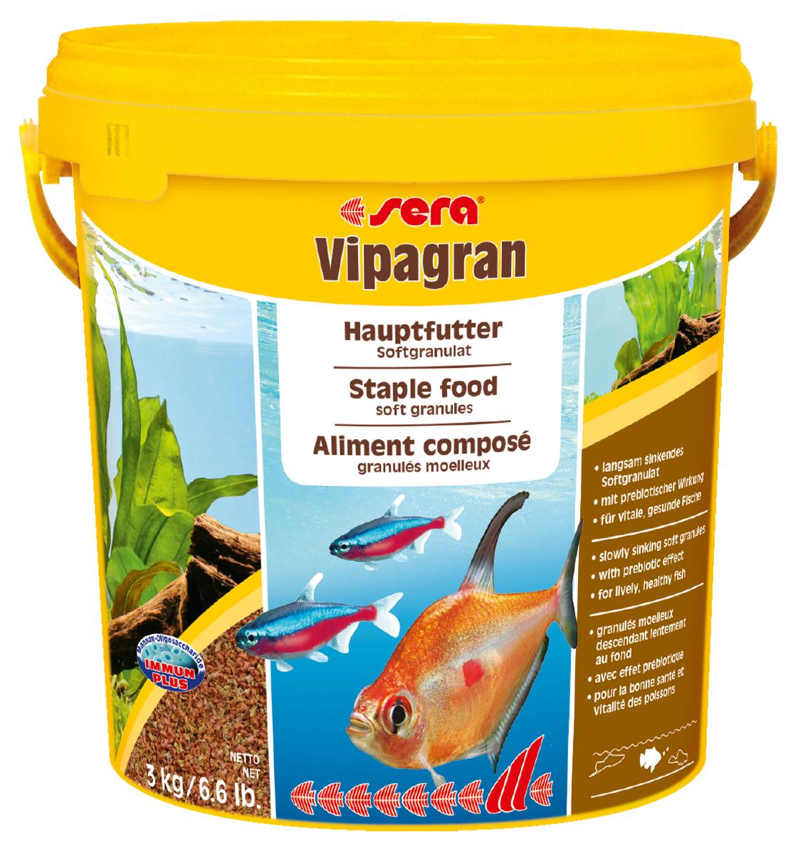 Корм для рыб Sera Vipagran, 10 л (3 кг)0120710Корм для рыб Sera Vipagran - основной корм для всех видов рыб, главным образом кормящихся в средних слоях воды. Корм выполнен в виде медленно тонущих мягких гранул. Корм медленно опускается на дно, что позволяет полакомиться всем рыбам и предотвращает излишнее засорение грунта. Благодаря особому процессу обработки гранулы становятся мягкими сразу после попадания в воду и не разбухают в желудке рыб. Благодаря мягкой эластичной структуре частиц этот вкусный сбалансированный корм также подходит для рыб с очень маленьким ртом и узкой глоткой. Они могут откусывать от гранул небольшие кусочки.Тщательно подобранные ингредиенты корма с пребиотическим действием способствуют здоровью и жизнестойкости рыб. Гранулы великолепно усваиваются организмом рыб. Формула Vital-Immun-Protect гарантирует вашим рыбам прекрасное здоровье, укрепление иммунитета и обилие жизненных сил. Ингредиенты: кукурузный крахмал, пшеничная клейковина, рыбная мука, цельный яичный порошок, казеинат кальция, пшеничная мука, рыбий жир (49% Омега жирных кислот), пивные дрожжи, спирулина, пшеничные зародыши, растительное сырье, люцерна, крапива, петрушка, гаммарус, морские водоросли, паприка, маннанолигосахариды (0,4%), шпинат, морковь, водоросль гематококкус, зеленые мидии, чеснок. Аналитический состав: протеин 41,9%, жиры 8,7%, клетчатка 3,5%, влажность 5,0%, зольные вещества 4,0%.Витамины и провитамины: витамин A 37.000 МЕ/кг, витамин D3 1.800 МЕ/кг, витамин E (D, L-а-tocopheryl acetate) 120 мг/кг, витамин B1 35 мг/кг, витамин B2 90 мг/кг, витамин C (L-ascorbyl monophosphate) 550 мг/кг. Содержит пищевые красители, допустимые в ЕС. Товар сертифицирован.