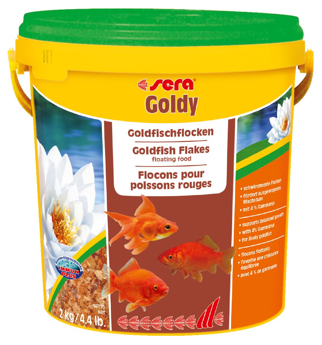 Корм для рыб Sera Goldy, 10 л (2 кг)0120710Корм для рыб Sera Goldy - основной корм в хлопьях для каждодневного кормления всех золотых рыбок в аквариумах и садовых прудах. Золотым рыбкам требуется меньше белков и больше легко перевариваемых углеводов, чем тропическим рыбкам. Корм sera goldy содержит спирулину и муку из пророщенной пшеницы, благодаря чему идеально подходит для кормления холодноводных рыб в аквариумах и прудах. Кормление рыб осенью укрепляет рыб перед спячкой (при зимовке в водоеме). Благодаря тщательно подобранным ингредиентам растительного и животного происхождения, корм является привлекательным для рыб, легко усваивается, способствует их сбалансированному росту и активности. Инструкция по применению: Кормить круглогодично один-два раза в день, но только в том количестве, которое рыбы могут съесть в течение короткого периода времени. Молодые рыбки нуждаются в более частом кормлении (при необходимости можно измельчить хлопья для более полноценного кормления). Ингредиенты: рыбная мука, пшеничная мука, пивные дрожжи, казеинат кальция, гаммарус (4%), маннанолигосахариды (0,4%), зеленые мидии, чеснок, крапива, люцерна, растительное сырье, петрушка, морские водоросли, паприка, спирулина, шпинат, морковь. Аналитический состав: протеин 48,6%, жиры 8,1%, клетчатка 3,9%, влажность 5,0%, зольные вещества 11,1%.Витамины и провитамины: витамин A 30.000 МЕ/кг, витамин D3 1.500 МЕ/кг, витамин E (D, L-а-tocopheryl acetate) 60 мг/кг, витамин B1 30 мг/кг, витамин B2 90 мг/кг, витамин C (L-ascorbyl monophosphate) 550 мг/кг. Содержит пищевые красители, допустимые в ЕС. Товар сертифицирован.