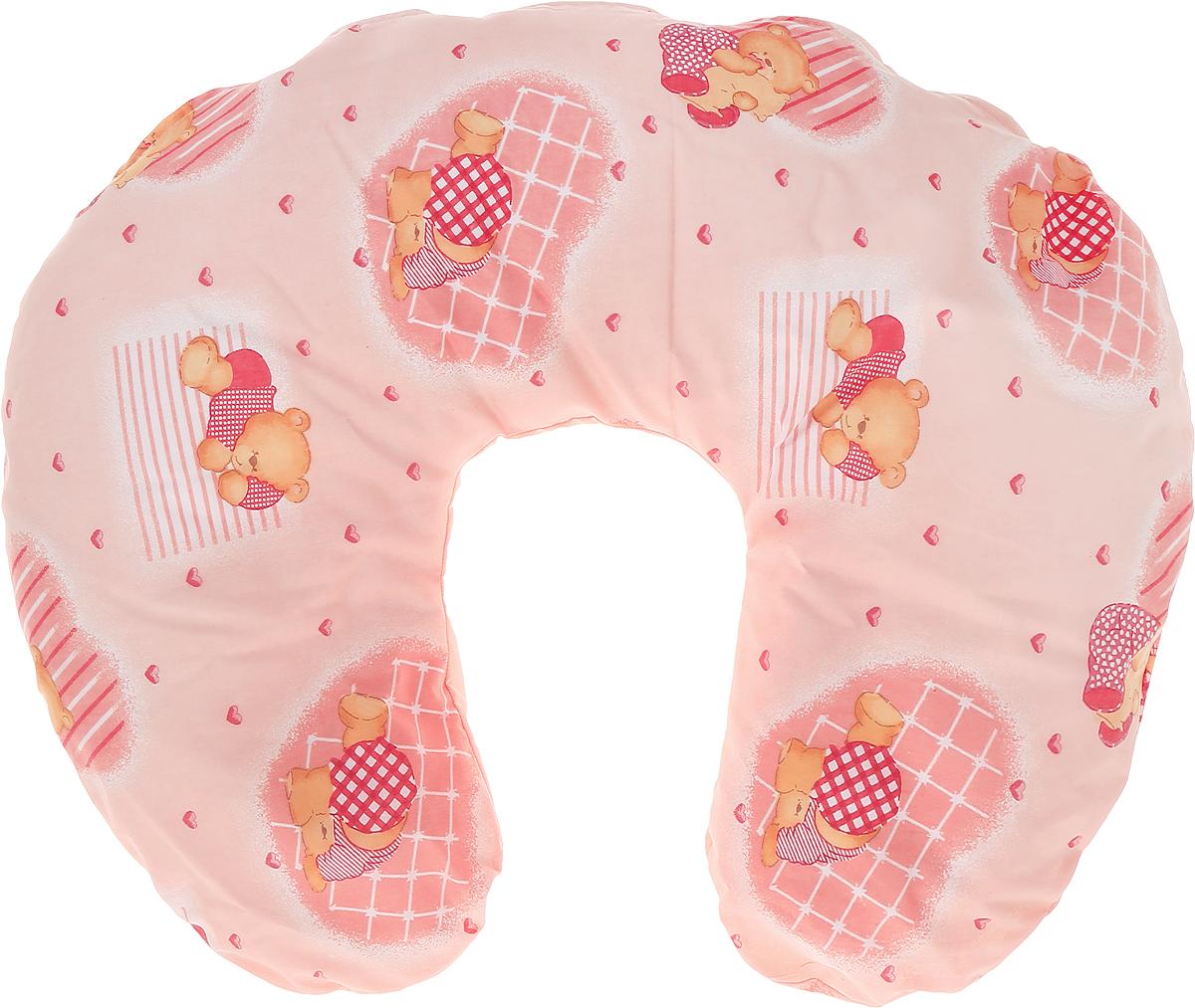 Selby Подушка универсальная Мишки цвет розовыйU90х150 пено лавандУниверсальная подушка Selby Мишки очень комфортна во время кормления.Когда мама дает малышу грудь, важно не самой тянуться к нему, а поднимать малыша до уровня груди, тогда прикладывание будет правильным.Подушка может использоваться при кормлении ребенка из бутылочки, с ложки или других приспособлений.Подушка может поддерживать ребенка, когда он лежит на животике, что очень полезно для развития мускулатуры спины и рук.Подушка также подходит людям, которым необходим постельный режим по медицинским показаниям.Чехол подушки выполнен из 100% хлопка и снабжен застежкой-молнией, что позволяет без труда снять и постирать его.Уход: машинная стирка (60°C) и деликатный отжим.