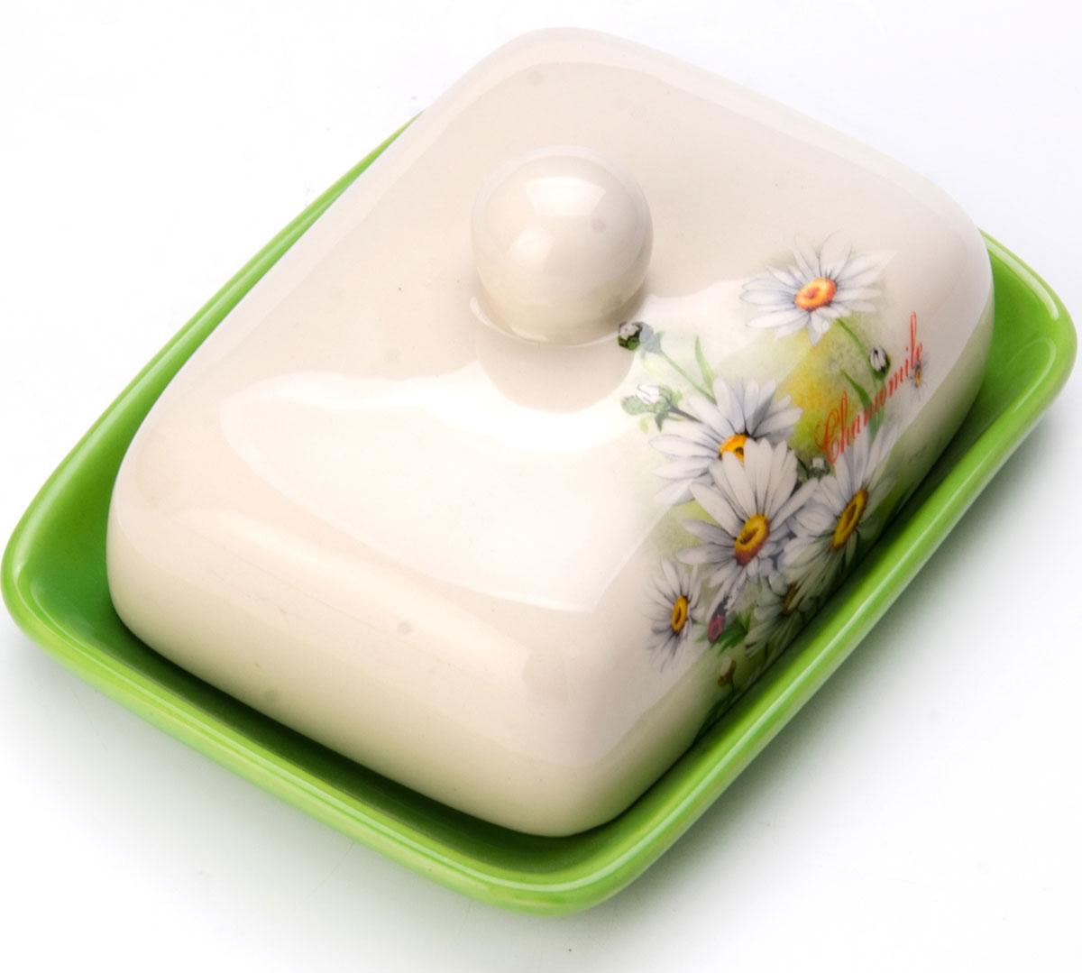 Масленка Loraine Ромашка. 2613626136Масленка Loraine, выполненная из качественной доломитовой керамики и декорированная ярким рисунком, станет украшением интерьера вашей кухни. Масленка надежно закрывается керамической крышкой и прекрасно подойдет для хранения и сервировки масла, сыра, творога.Масленка рассчитана примерно на 200 грамм масла.Пригодна для использования в холодильнике, морозильнике, микроволновой печи.Подходит для мытья в посудомоечной машине. Размер блюда: 17 х 12,5 х 2,3 см.Размер крышки: 14 х 10 х 7,5 см.Общий размер масленки: 17 х 18,5 х 8,5 см.