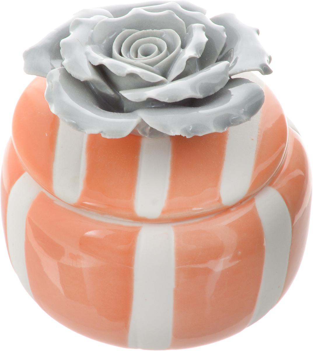Шкатулка для украшений Феникс-Презент, цвет: оранжевый, серый, белый, 6,5 х 6,5 х 6,5 смFS-80299Шкатулка Феникс-Презент предназначена для украшений. Изделие изготовлено из фарфора. Крышка шкатулки украшена розой серого цвета. Вы можете поставить шкатулку в любом месте, где она будет удачно смотреться и радовать глаз. Кроме того - это отличный вариант подарка для ваших близких и друзей. Размер шкатулки: 6,5 х 6,5 х 6,5 см.