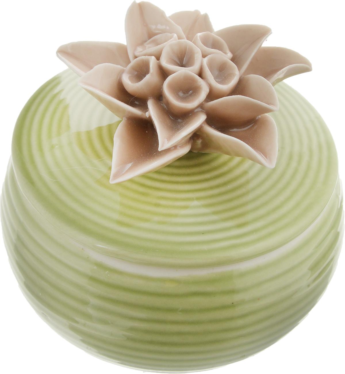Шкатулка для украшений Феникс-Презент, цвет: зеленый, кофейный, 6,5 х 6 х 6 см12723Шкатулка Феникс-Презент предназначена для хранения украшений. Изделие изготовлено из фарфора. Крышка шкатулки украшена цветком. Вы можете поставить шкатулку в любом месте, где она будет удачно смотреться и радовать глаз. Кроме того - это отличный вариант подарка для ваших близких и друзей. Размер шкатулки: 6,5 х 6 х 6 см.
