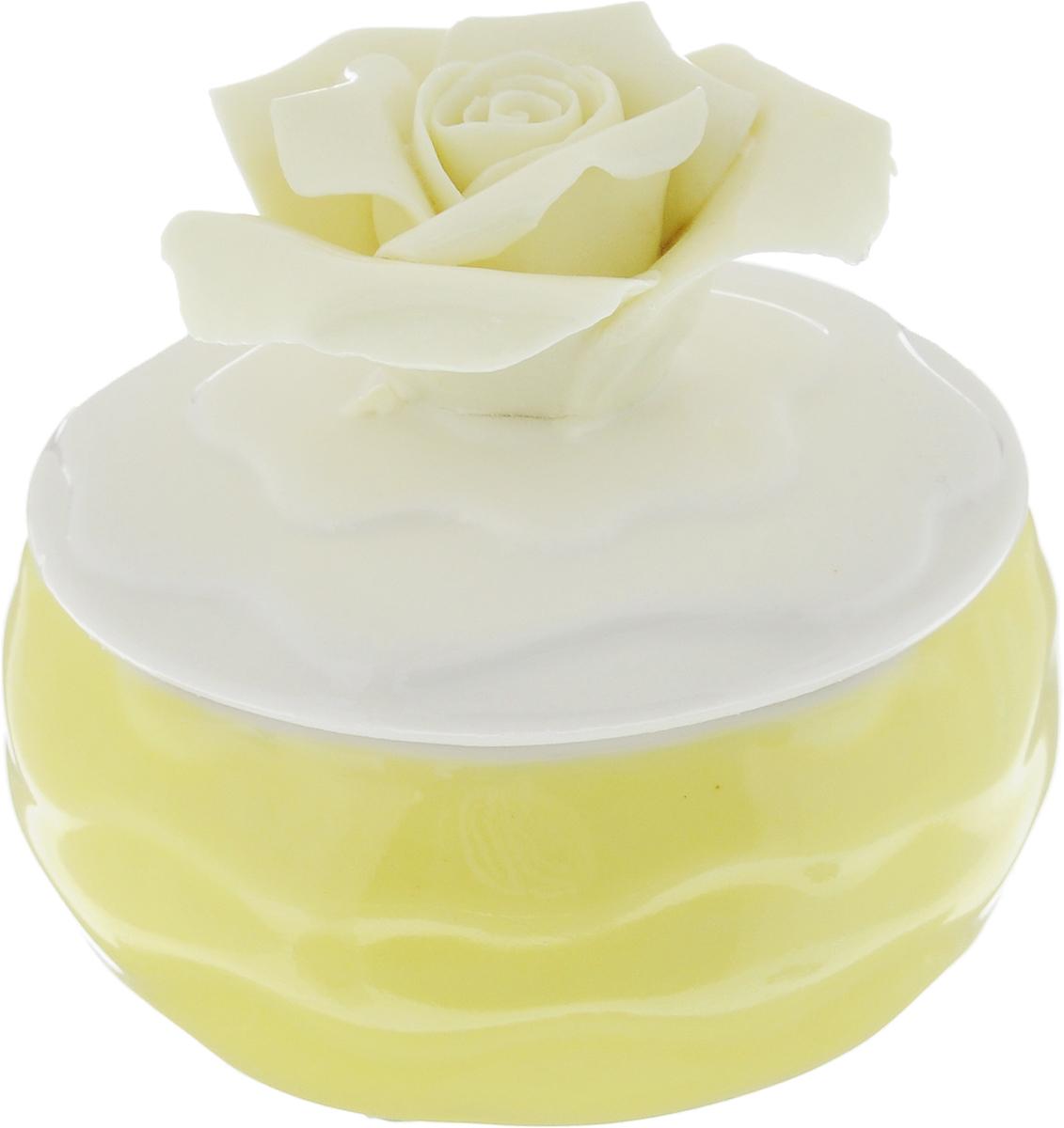 Шкатулка для украшений Феникс-Презент, цвет: желтый, белый, ванильный, 6 х 6 х 6 смRG-D31SШкатулка Феникс-Презент предназначена для хранения украшений. Изделие изготовлено из фарфора. Крышка шкатулки украшена розой. Вы можете поставить шкатулку в любом месте, где она будет удачно смотреться и радовать глаз. Кроме того - это отличный вариант подарка для ваших близких и друзей. Размер шкатулки: 6 х 6 х 6 см.