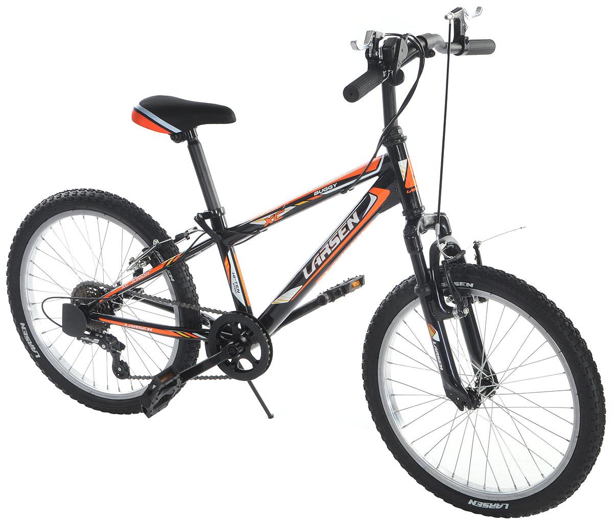 Велосипед Larsen Buggy 20, цвет: черный, оранжевый336229Горный велосипед Larsen Buggy 20 предназначен для юных спортсменов. Велосипед имеет прочную раму и универсальную трансмиссию.Larsen Buggy 20 оснащён передней амортизационной вилкой, которая смягчит неровности дороги.Простой и надежный переключатель Shimano базового уровня, на практике доказавший свою надежность, не подведет в сложной дорожной ситуации. Велосипед имеет 6 скоростей, это оптимальное количество, с которым можно заехать в горку и поддерживать хорошую скорость на ровной дороге.V – образные тормоза простые и эффективные. Они остановят велосипед именно там, где нужно. Регулируемое по высоте и наклону седло и регулируемый по высоте руль позволят подобрать индивидуальную посадку. Велосипед оснащён подножкой для удобной парковки, светоотражателями и крыльями. Вилка: ZOOM BRAVO-327E.Количество скоростей: 6 шт.Размер колес: 20 дюймов. Резина: Wanda P104, 20х2.125.Задний переключатель: Shimano Tourney (RD-TY21).Шифтеры: Shimano SL-RS35. Втулка передняя: Anteng fh206qr.Втулка задняя: Anteng kt-122rqr.Тормоза: V - образные.
