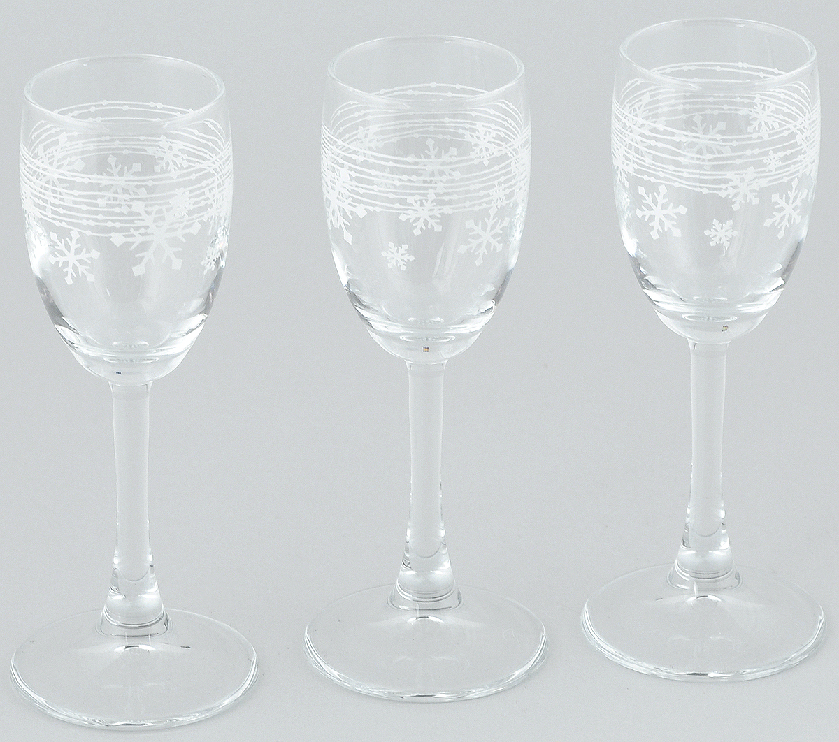 Набор рюмок Pasabahce Workshop Snowflake, 60 мл, 3 штVT-1520(SR)Набор Pasabahce Workshop Snowflake состоит из 3 рюмок, изготовленных из прочного натрий-кальций-силикатного стекла. Изделия, предназначенные для подачи ликера и других спиртных напитков, несомненно придутся вам по душе. Рюмки сочетают в себе элегантный дизайн и функциональность. Набор рюмок Pasabahce Workshop Snowflake идеально подойдет для сервировки стола и станет отличным подарком к любому празднику.Диаметр рюмки по верхнему краю: 4 см. Высота рюмки: 14 см.