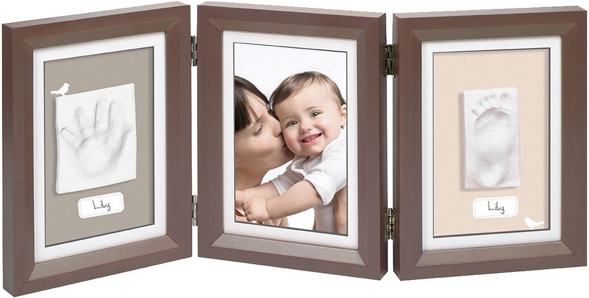 Baby Art Рамка для оттисков Классика тройнаяБрелок для ключейТройная рамочка с отпечатком от компании Baby Art - это особый подход к созданию очаровательного подарка на память для этого особого периода жизни, с фотографией и обоими отпечатками ручки и ножки вашего ребенка.- Быстро и легко сделать отпечаток: не надо запекать, нет необходимости в дополнительных материалах, все уже включено в набор! - Можно делать несколько проб до сушки. - Очень быстро: создание идеального слепка всего за 2 минуты (не включая процесс сушки).