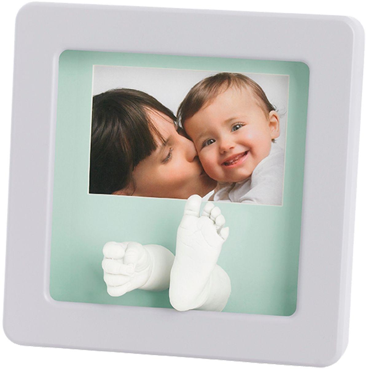 Baby Art Рамка для оттисков Кит Делюкс74-0120Рамочка с отпечатком от компании Baby Art - это особый подход к созданию очаровательного подарка на память для этого особого периода жизни, с фотографией и обоими отпечатками ручки и ножки вашего ребенка.- Быстро и легко сделать отпечаток: не надо запекать, нет необходимости в дополнительных материалах, все уже включено в набор! - Можно делать несколько проб до сушки. - Очень быстро: создание идеального слепка всего за 2 минуты (не включая процесс сушки).