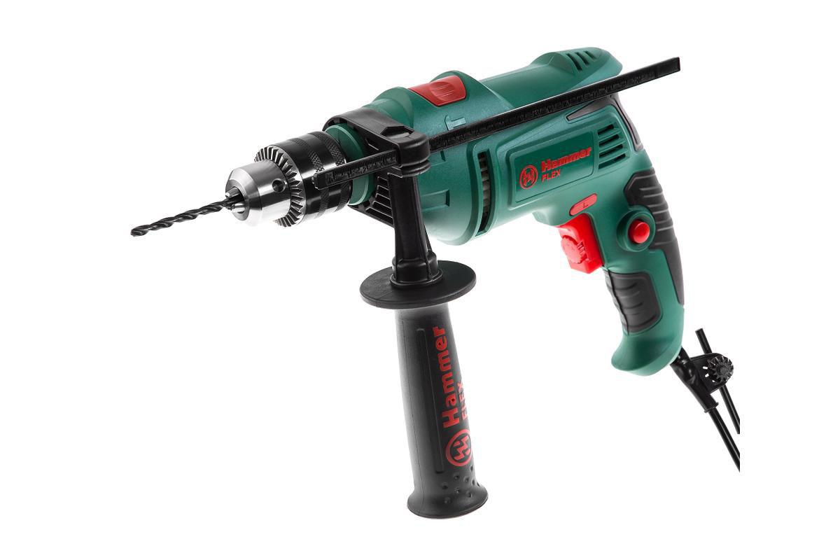 Дрель ударная Hammer Flex UDD620D315792Дрель ударная Hammer Flex UDD620D предназначена, прежде всего, для сверления отверстий в металле, древесине, пластике, а также в кирпиче и легком бетоне, заворачивания и выворачивания винтов, саморезов и шурупов. С дополнительными приспособлениями ударную дрель можно использовать в качестве шлифмашинки, болгарки или стационарной дрели. В ударной дрели два основных режима работы: сверление или сверление с ударом. Режим удара используется только при правом вращении (в режиме реверса использование удара приводит к поломке инструмента). Принцип пробития отверстий с помощью ударной дрели заключается в том, что вращение и ударное действие на сверло передается от двух находящихся в контакте храповиков, при этом амплитуда удара невелика, а сила удара будет зависеть от величины усилия, которое будет приложено к инструменту. Модель UDD620D оснащена ключевым патроном, что увеличивает надежность крепления оснастки в патроне (особенно при бурении), а, следовательно, гарантирует безопасность. В зависимости от плотности материала, регулировка скорости вращения позволяет начать работу на малых оборотах (т.е. медленном сверлении), а в дальнейшем, при необходимости, увеличивать частоту вращения для качественной обработки материала. Благодаря наличию реверса, ударную дрель можно использовать как шуруповерт. Основная рукоять с антискользящим резиновым протектором снижает вибрацию при работе. В комплектацию входит вторая рукоятка, она позволят надежно фиксировать инструмент в руках.