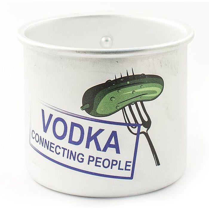 Кружка Эврика Vodka, 500 мл115510Оригинальная кружка Эврика Vodka выполнена из алюминия и оформлена изображением огурца на вилке и надписью Vodka Connecting People.Изделие упаковано в коробку из крафт-картона особой формы с окошком.Кружка сочетает в себе оригинальный дизайн и функциональность.Объем кружки: 500 мл.