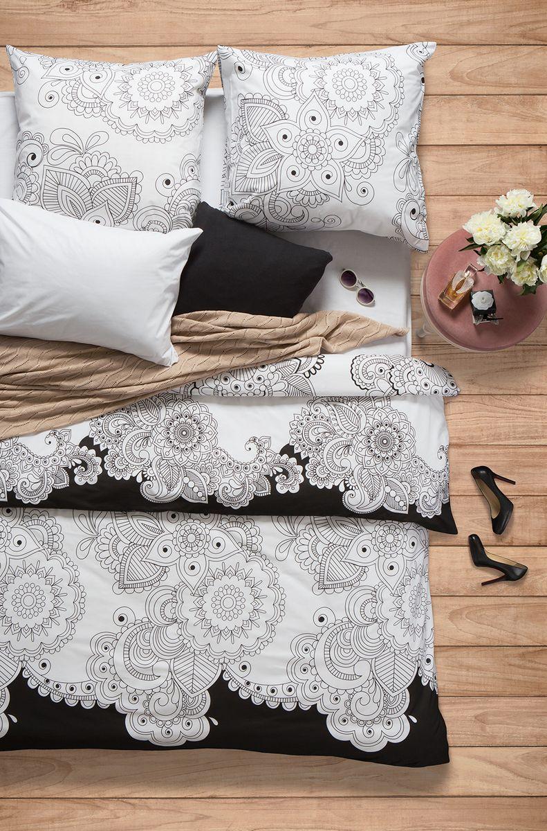 Комплект белья Sova & Javoronok Нероли, 1,5-спальный, наволочки 50x70, цвет: белый, черный02030816242Коллекция постельного белья Sova & Javoronok «Нероли» была вдохновлена разнообразными ароматами природы, каждый из которых имеет свои особенности и уникальные ноты. Комплект постельного белья, выполнен из поплина. Этот высококачественный материал отличается своей прочностью, экологичностью и мягкостью. Легкая и гигроскопическая ткань практически не мнется, поэтому белье не собирается в грубые складки даже во время самого беспокойного сна. Поплин приятен телу, поэтому не вызывает раздражения или аллергии и при этом обеспечивает максимально комфортный сон. Комплект постельного белья из поплина, в отличии от постельного белья из бязи, гораздо тоньше и имеет благородный блеск, который придает ему особую изысканность. Постельное белье не потеряет свой цвет и текстуру даже после многочисленных стирок.