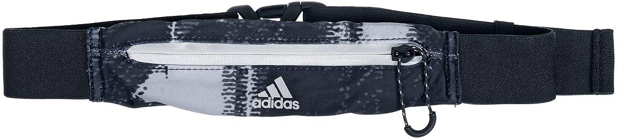 Сумка поясная для бега Adidas Running Graphic Belt, цвет: черный, серыйS96360Сумка Adidas Running Graphic Belt, выполненная из нейлона и эластана, оформлена оригинальным принтом и символикой бренда. Сумка фиксируется на поясе с помощью эластичного ремешка с застежкой-фастекс. Изделие имеет одно отделение на застежке-молнии, в которое удобно положить ключи, деньги и другие мелочи. Изделие оснащено светоотражающими деталями.Такая поясная сумка для бега станет настоящей находкой, как для любителей, так и для профессиональных спортсменов, которые действительно серьезно подходят к экипировке.