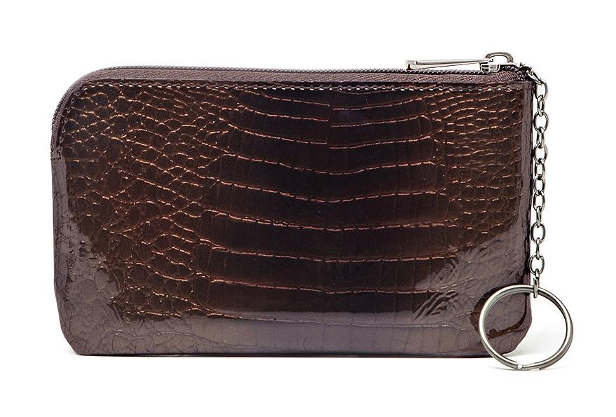 Ключница Malgrado, цвет: коричневый. 50501-01411Серьги с подвескамиСтильная ключница Malgrado выполнена из натуральной лакированной кожи с декоративным тиснением под рептилию.Изделие закрывается на молнию. Ключница содержит одно отделение с кольцом для ключей, в задней стенке изделие дополнено вшивным карманом на молнии. Изделие поставляется в фирменной упаковке.Такая ключница станет замечательным подарком человеку, ценящему качественные и практичные вещи.