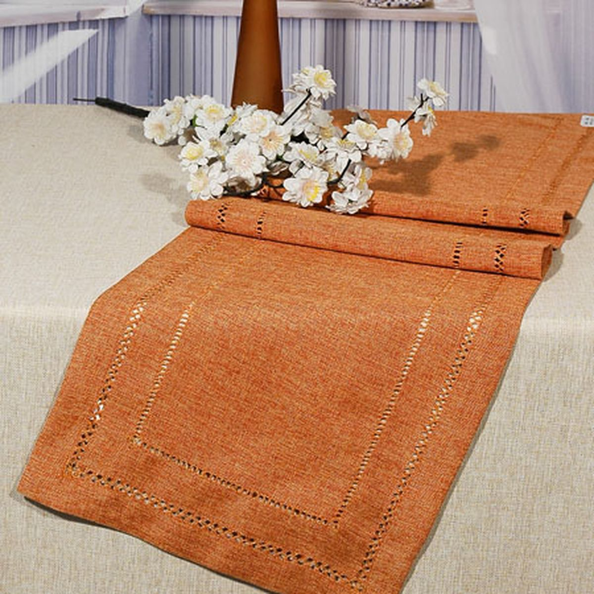 Дорожка для декорирования стола Schaefer, 40 x 140 см, цвет: оранжевый. 06733-211VT-1520(SR)Дорожка для декорирования стола Schaefer может быть использована, как основной элемент, так и дополнение для создания уюта и романтического настроения.Дорожка выполнена из полиэстера. Изделие легко стирать: оно не мнется, не садится и быстро сохнет, более долговечно, чем изделие из натуральных волокон.Материал: 100% полиэстер.Размер: 40 x 140 см