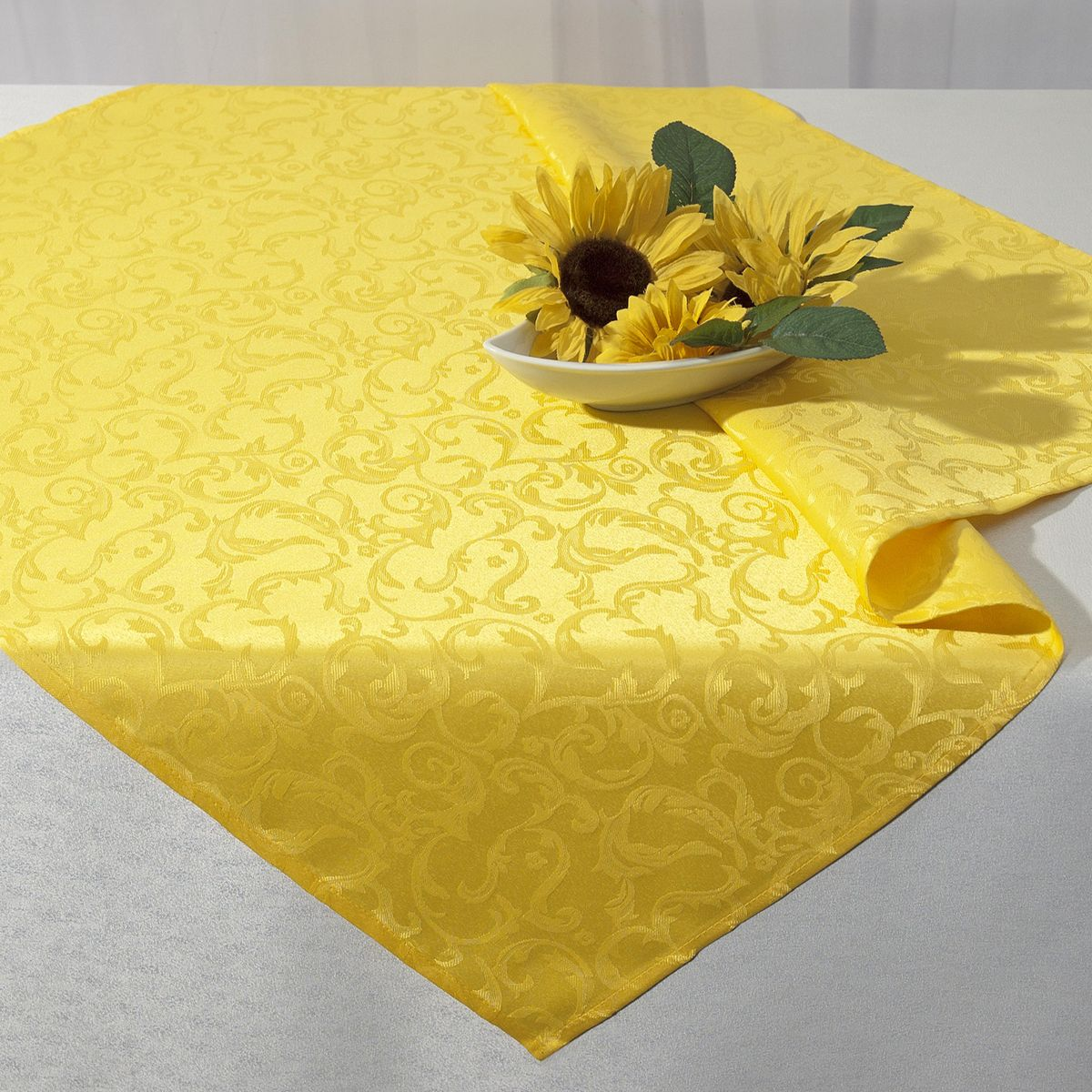 Скатерть Schaefer, квадратная, цвет: желтый, 85 x 85 см. 07433-1004630003364517Стильная скатерть Schaefer выполнена из полиэстера.Изделия из полиэстера легко стирать: они не мнутся, не садятся и быстро сохнут, они более долговечны, чем изделия из натуральных волокон.Немецкая компания Schaefer создана в 1921 году. На протяжении всего времени существования она создает уникальные коллекции домашнего текстиля для гостиных, спален, кухонь и ванных комнат. Дизайнерские идеи немецких художников компании Schaefer воплощаются в текстильных изделиях, которые сделают ваш дом красивее и уютнее и не останутся незамеченными вашими гостями. Дарите себе и близким красоту каждый день!